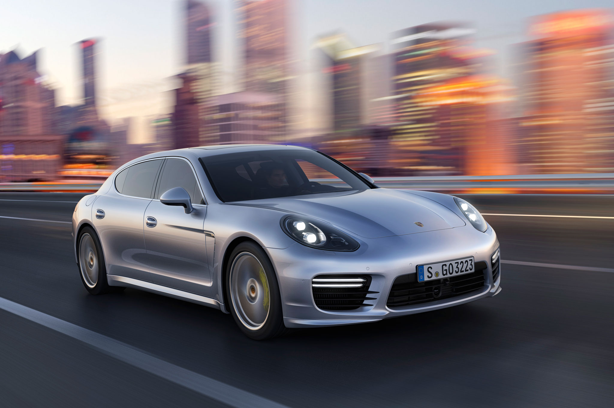 2014 Porshce Panamera Front Right View1