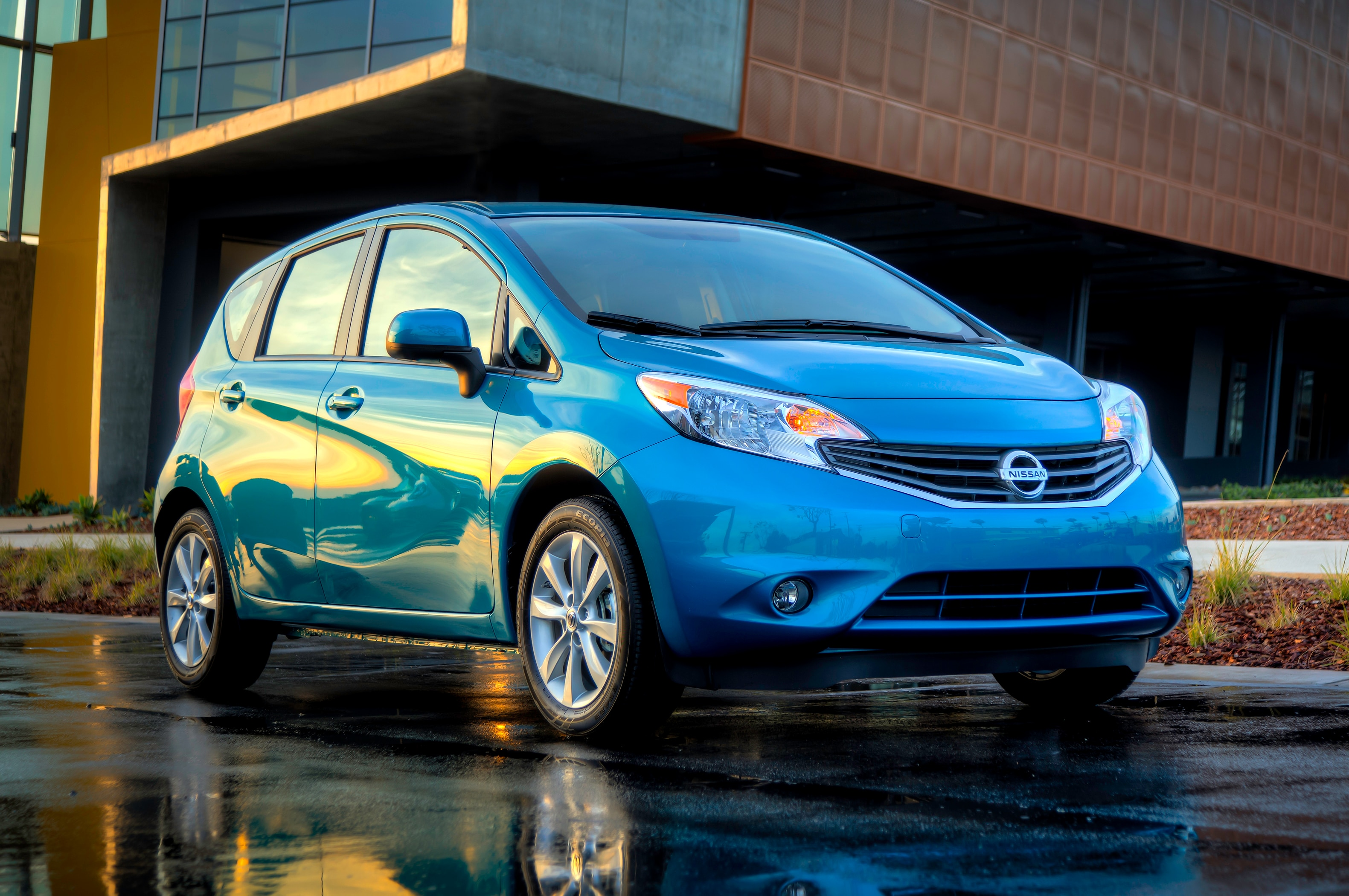 2014 Nissan Versa Note Front Three Quarters1