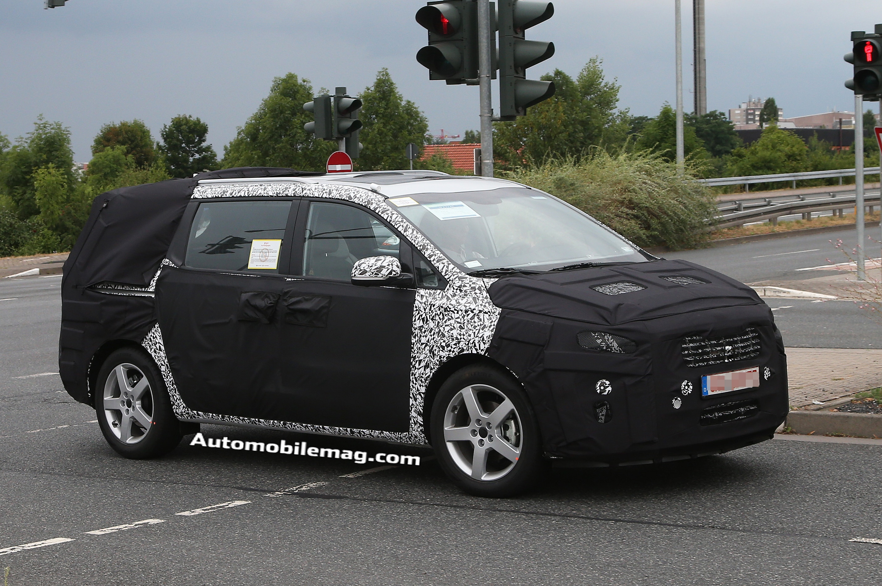 2015 Kia Sedona Front Three Quarter Spied 21