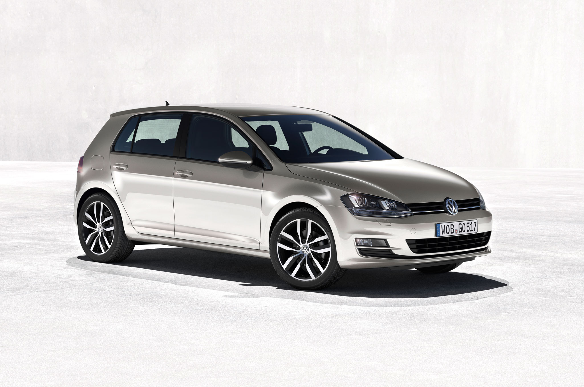2015 Volkswagen Golf Front Right Side View