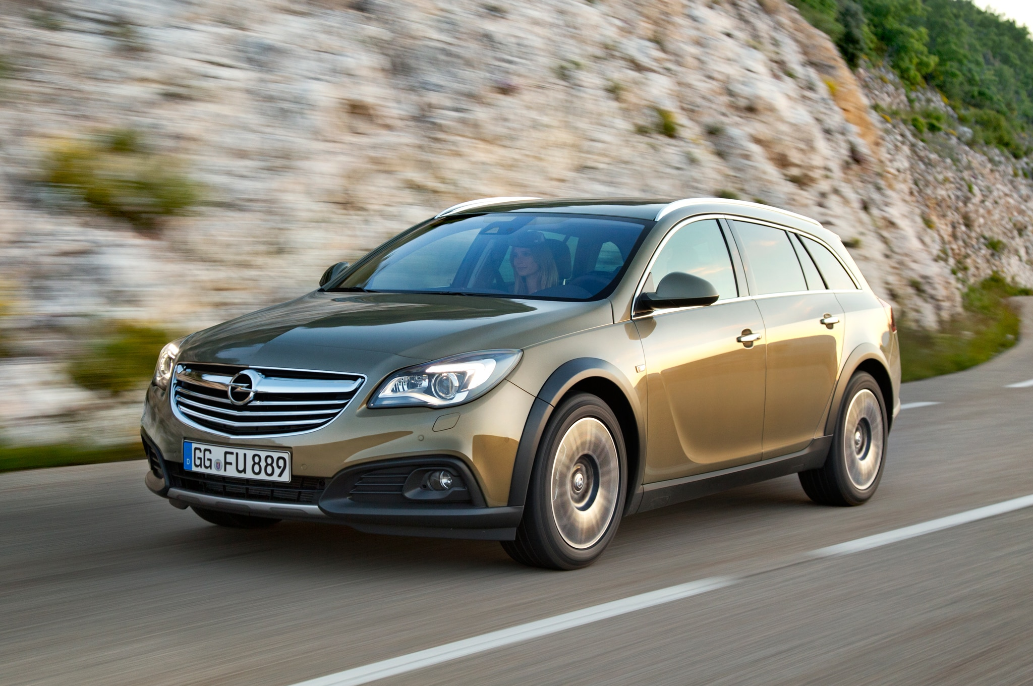 Opel Insignia Country Tourer Front Three Quarter Motion1