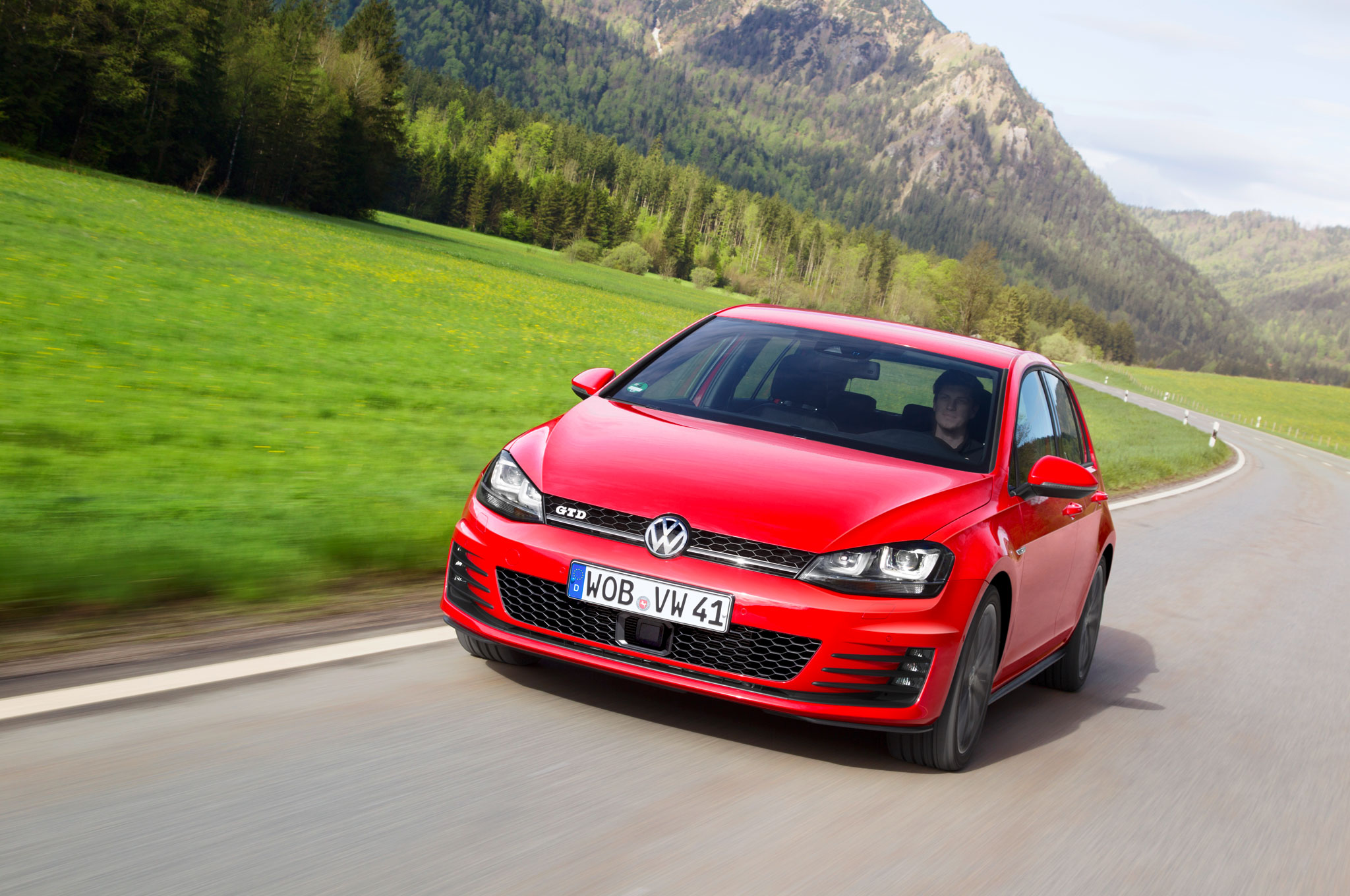 Volkswagen Golf GTD Front Left View 41