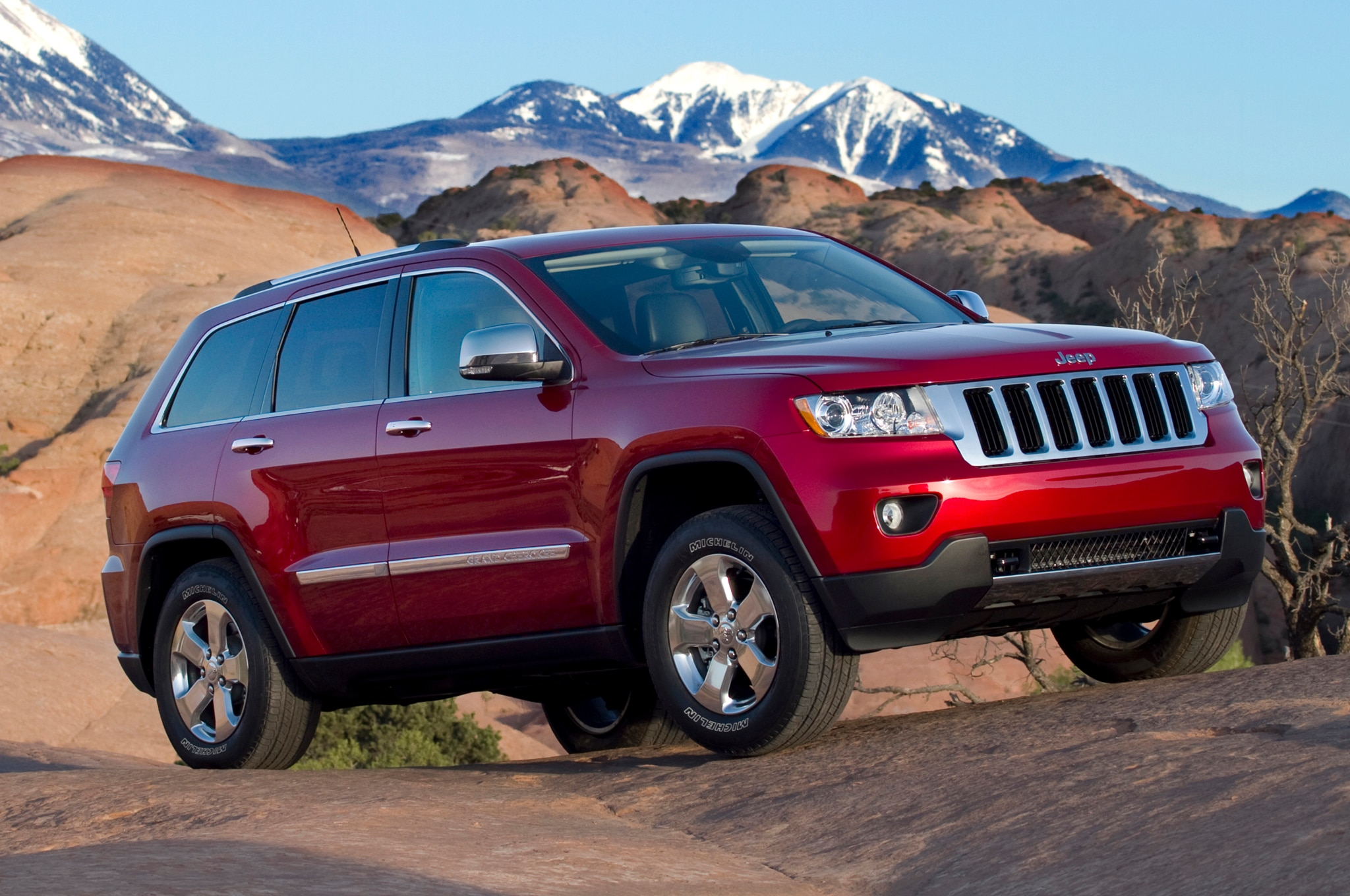 2012 Jeep Grand Cherokee Front Three Quarters 21