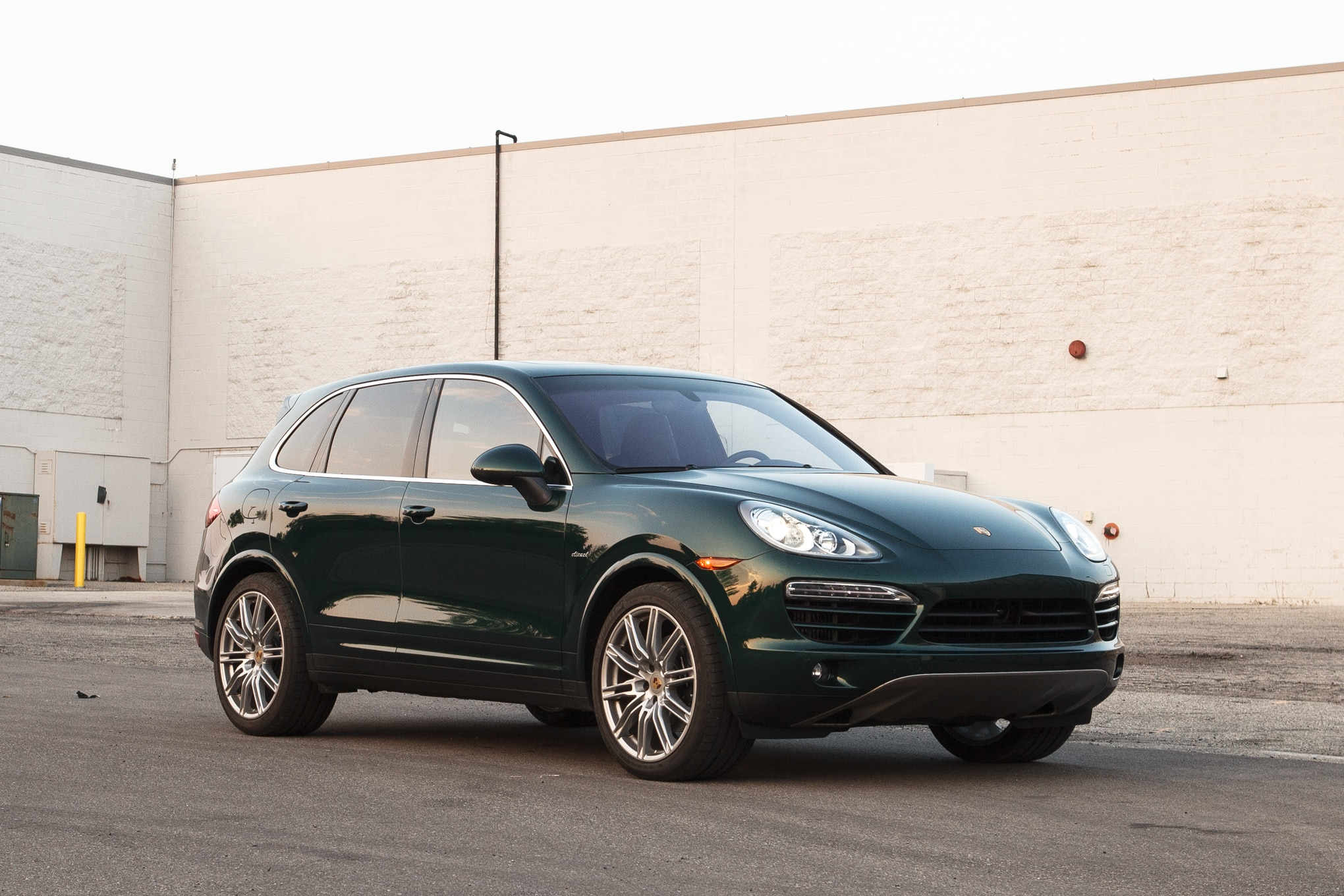 2013 Porsche Cayenne Diesel Front Right View 11