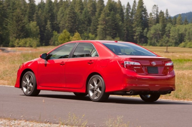 2013 Toyota Camry SE Rear Three Quarter1 660x438