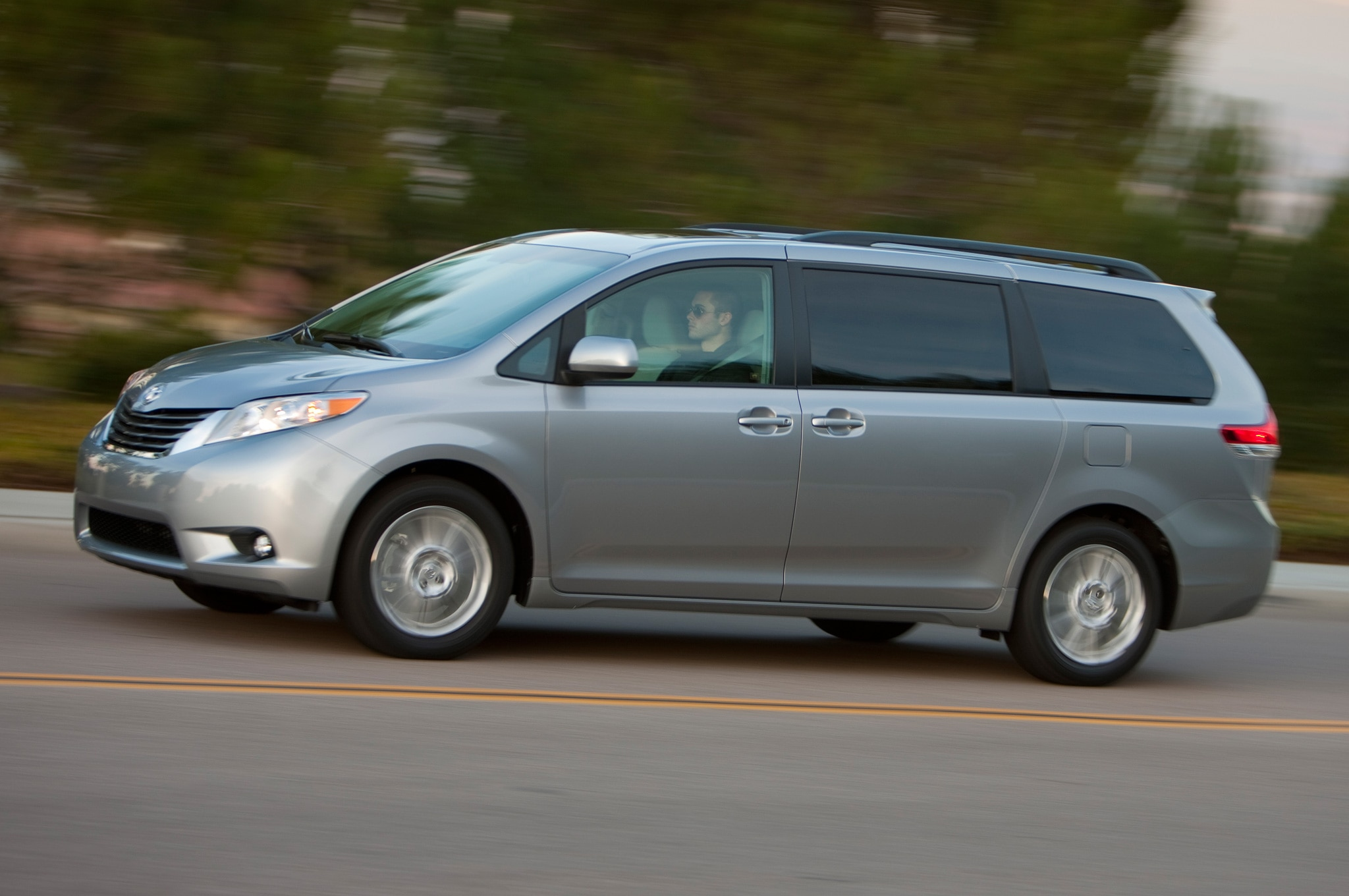 2013 Toyota Sienna XLE Side View1