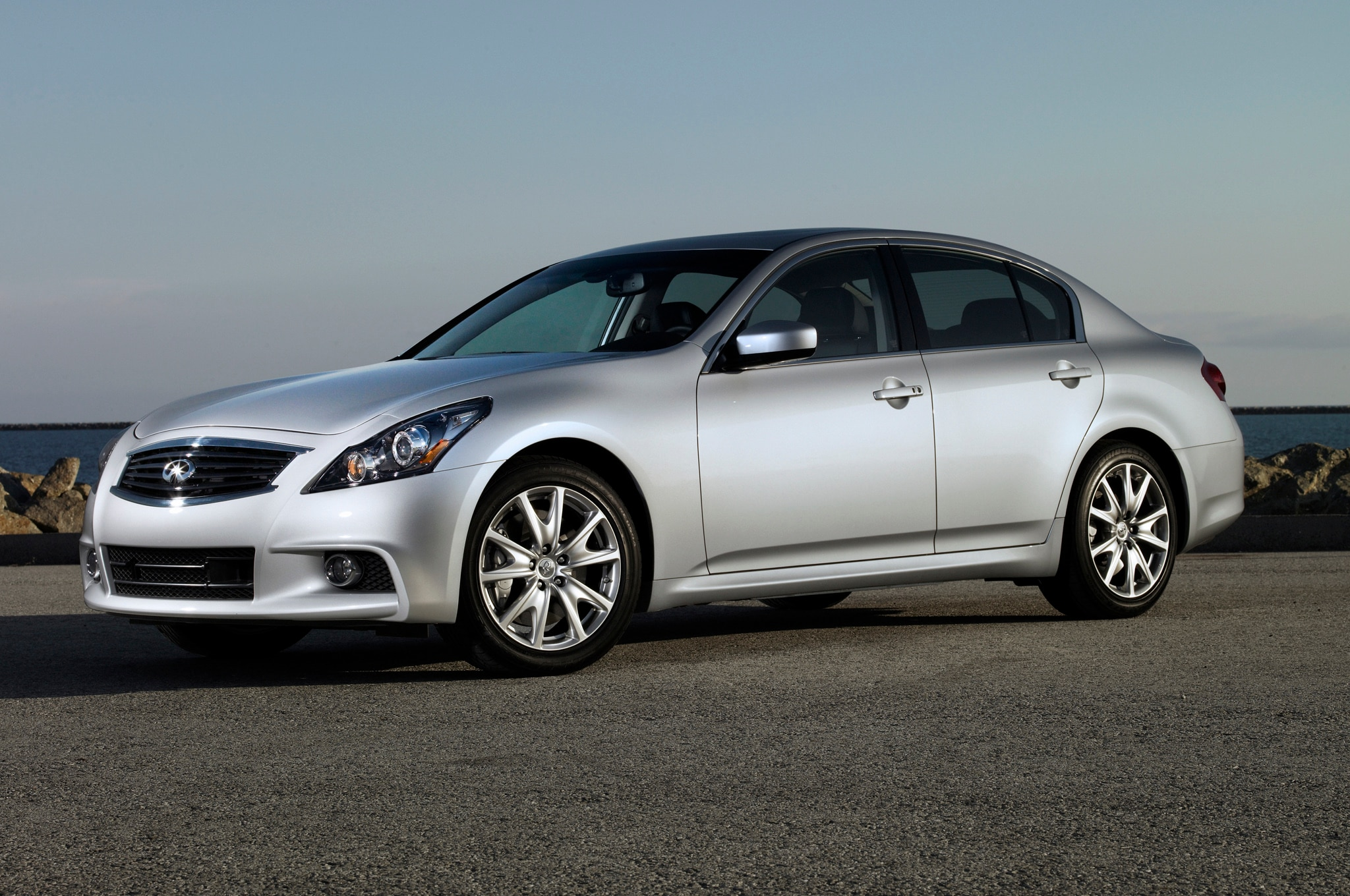 2013 Infiniti G37 Front Three Quarters 31