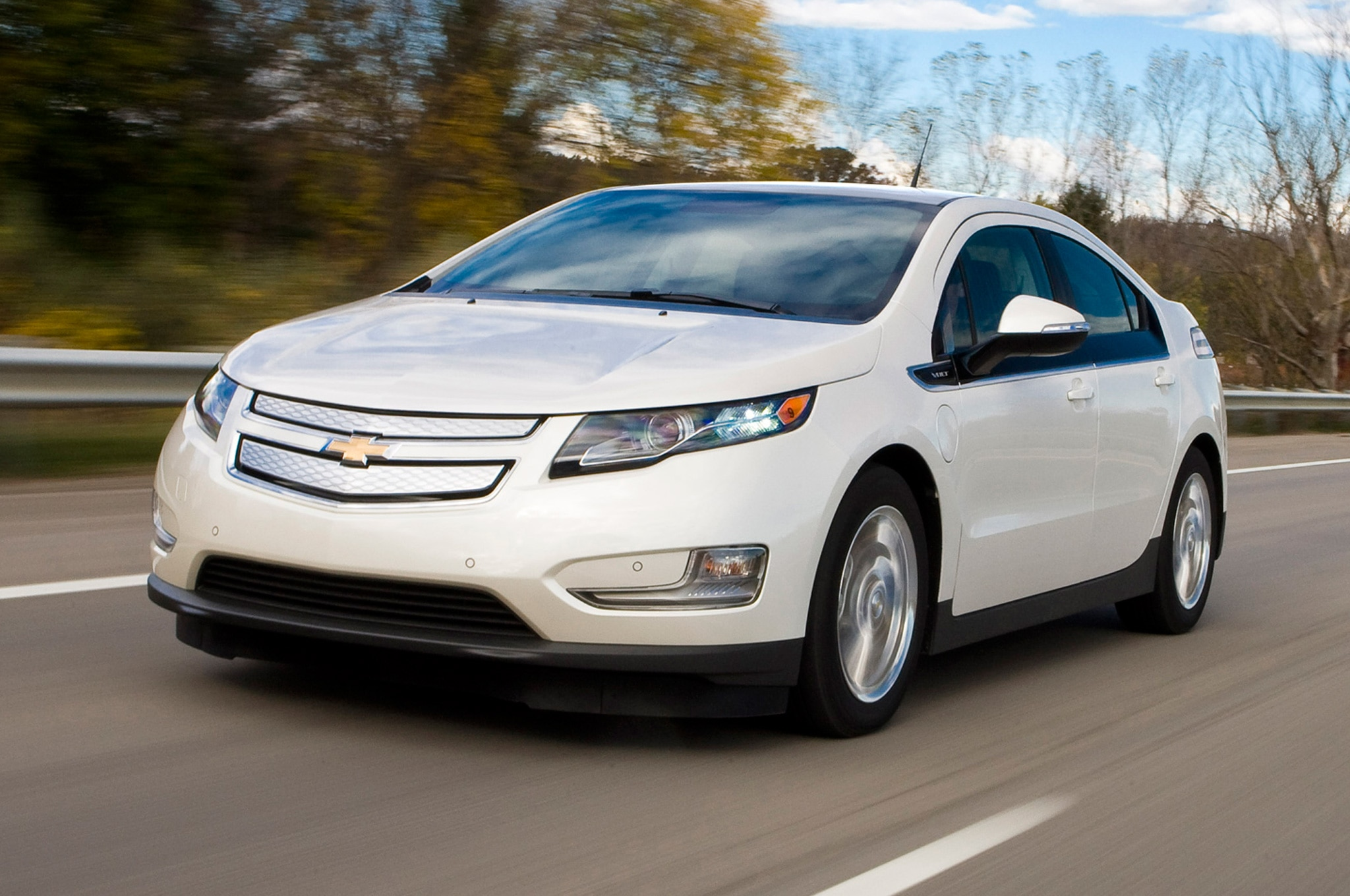 2014 Chevrolet Volt Front Three Quarters View In White1