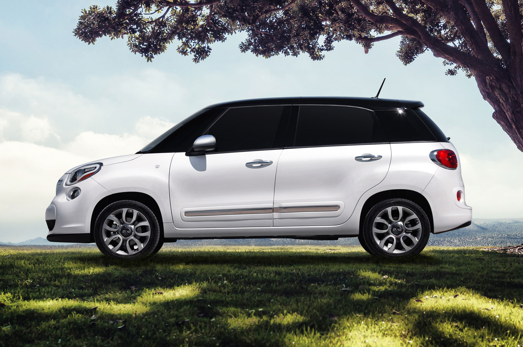 video italian family comes standard with the 2014 fiat 500l. Black Bedroom Furniture Sets. Home Design Ideas
