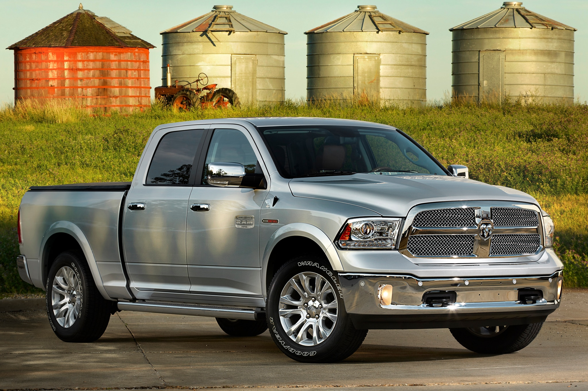 2014 Ram 1500 Front Three Quarters1