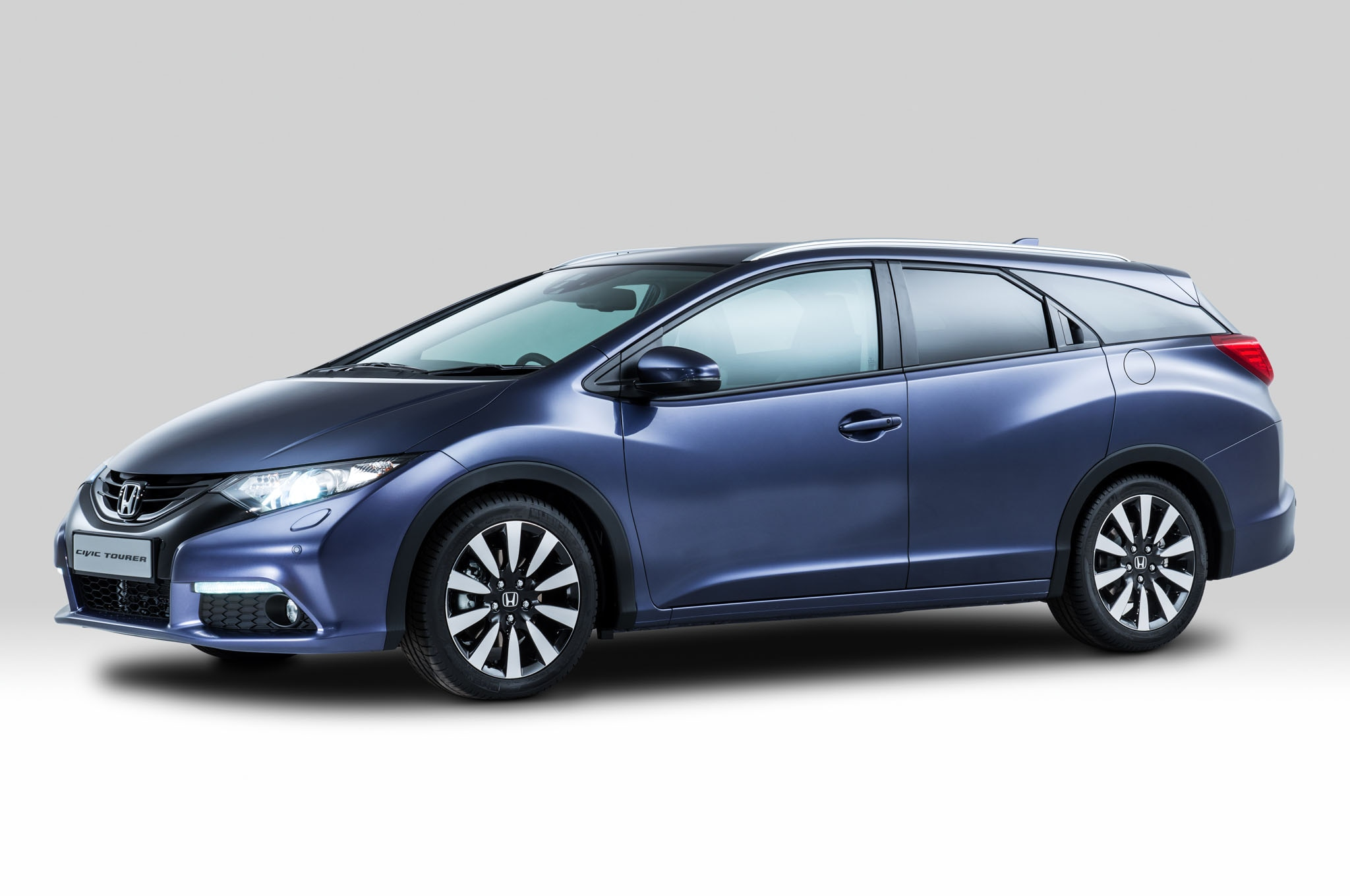 2014 Honda Civic Tourer Front Three Quarters 11