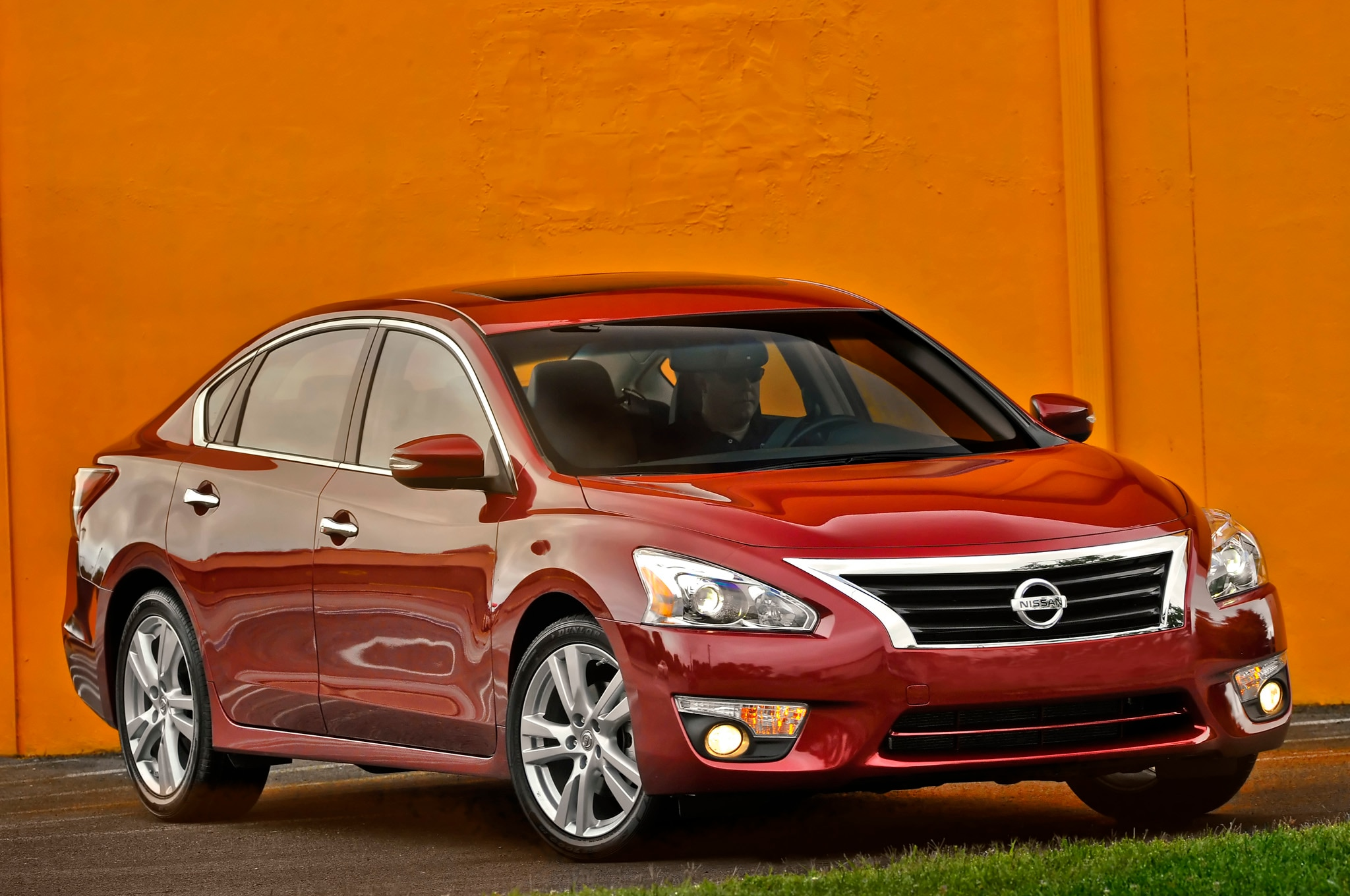 2014 Nissan Altima Front Three Quarters 21