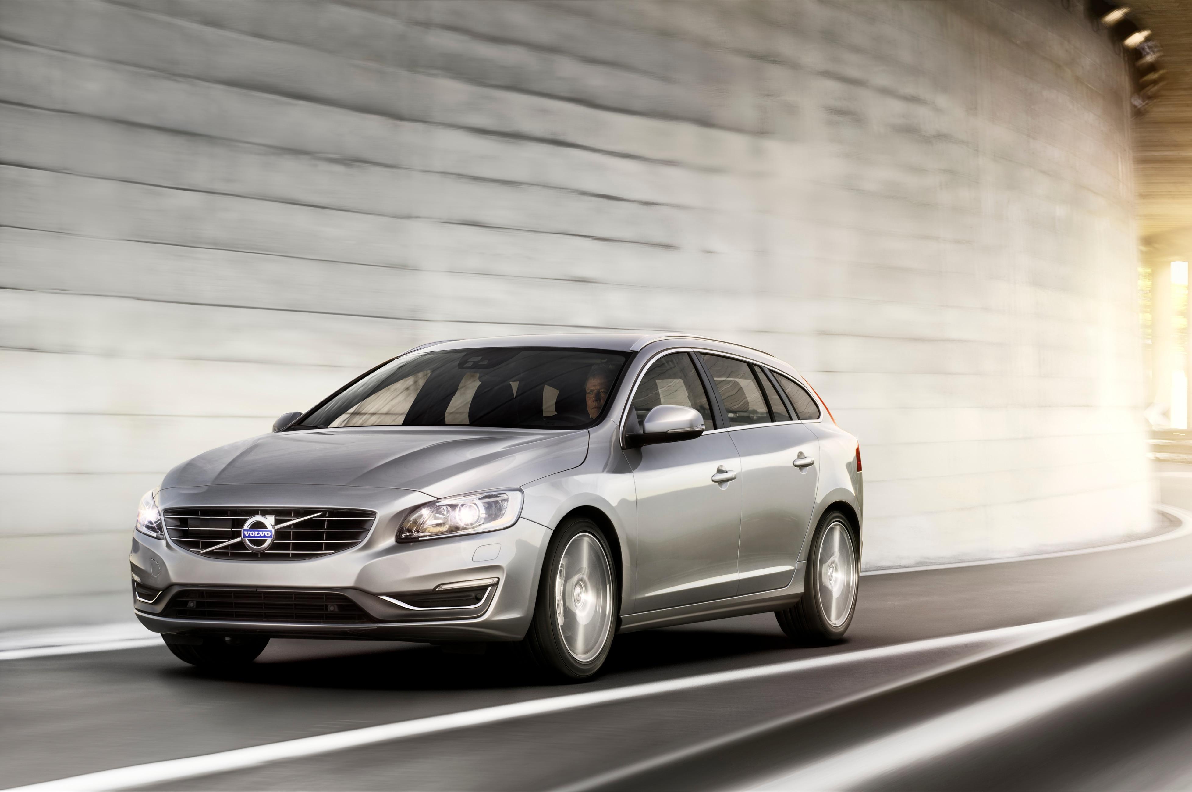 2015 Volvo V60 Front Three Quarter1