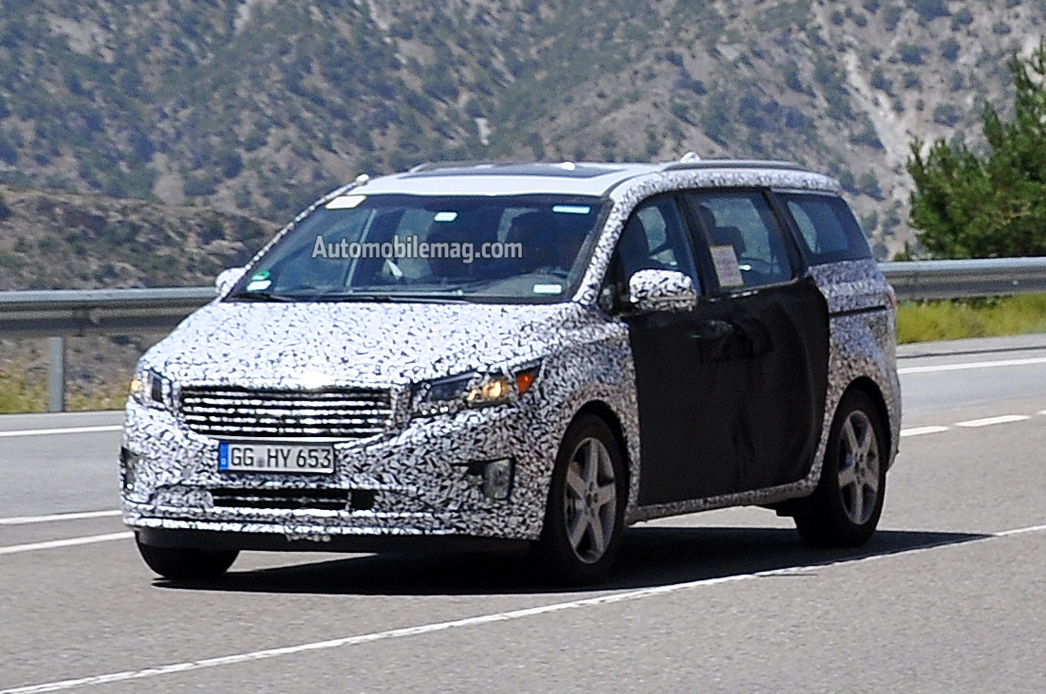 2015 Kia Sedona Front Three Quarters 11