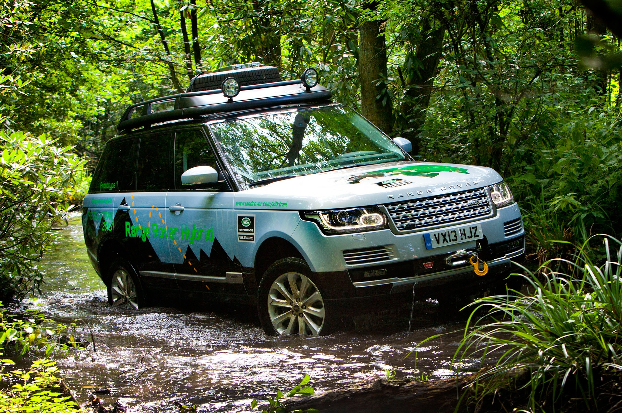Land Rover Range Rover Hybrid Front Three Quarter Wading 21
