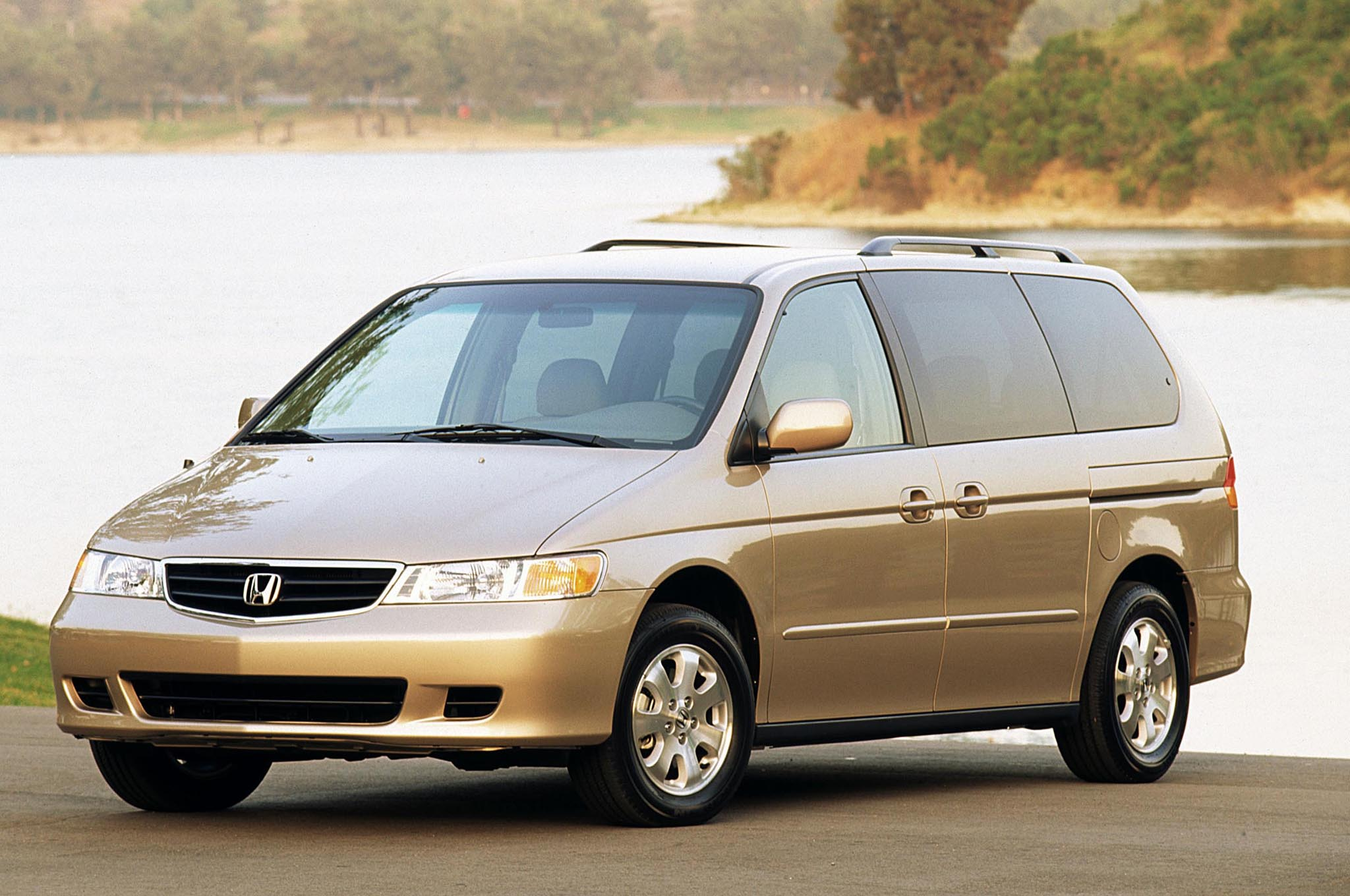 2003 Honda Odyssey Front Three Quarters1