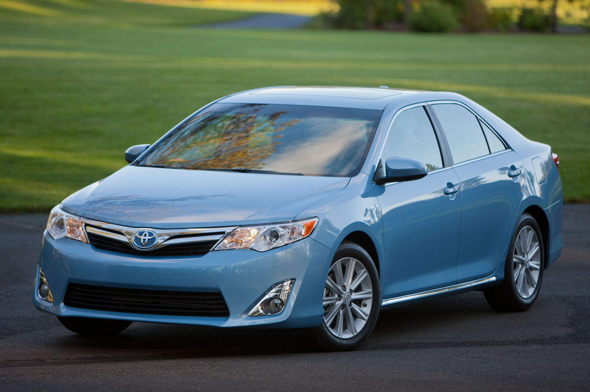 2013 Toyota Camry Hybrid Front Three Quarters1