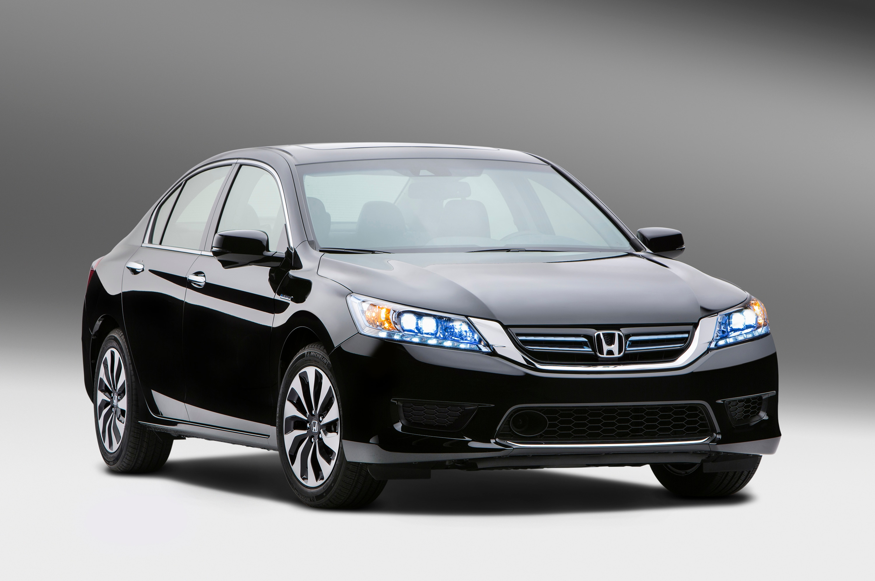 2014 Honda Accord Hybrid Front Three Quarters11