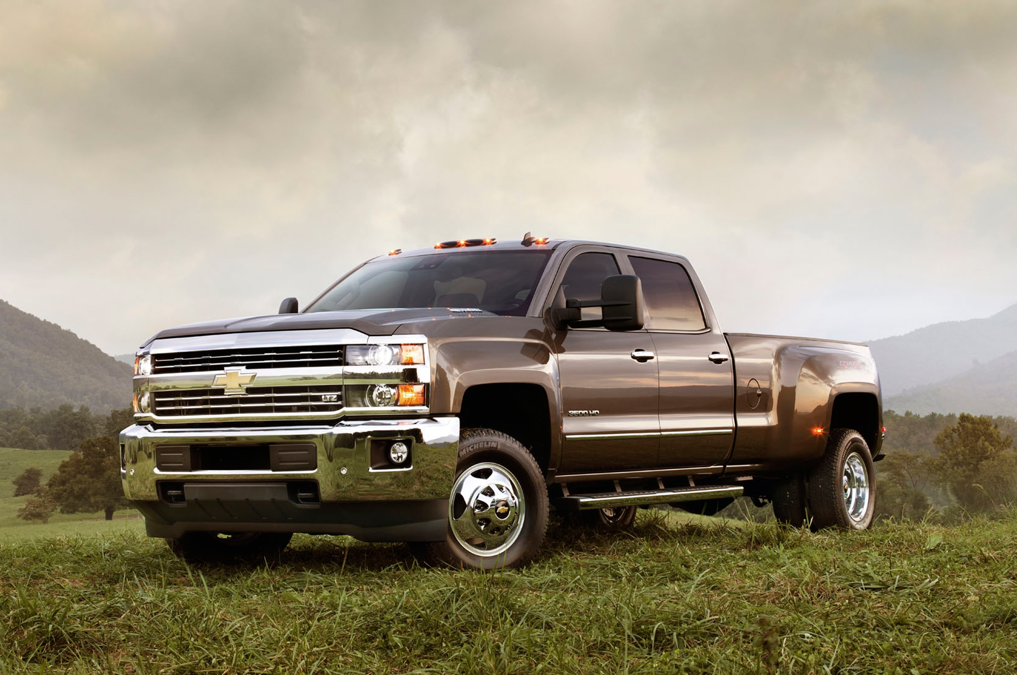 2015 Chevrolet Silverado 3500HD Front Three Quarters1
