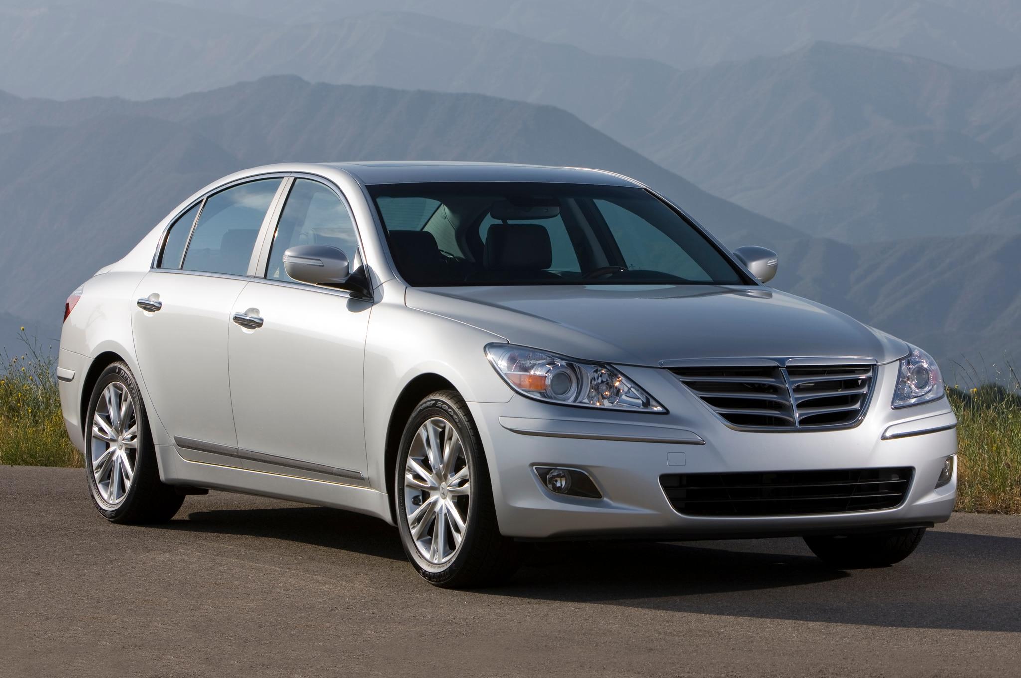 2011 Hyundai Genesis Sedan Front Three Quarters1