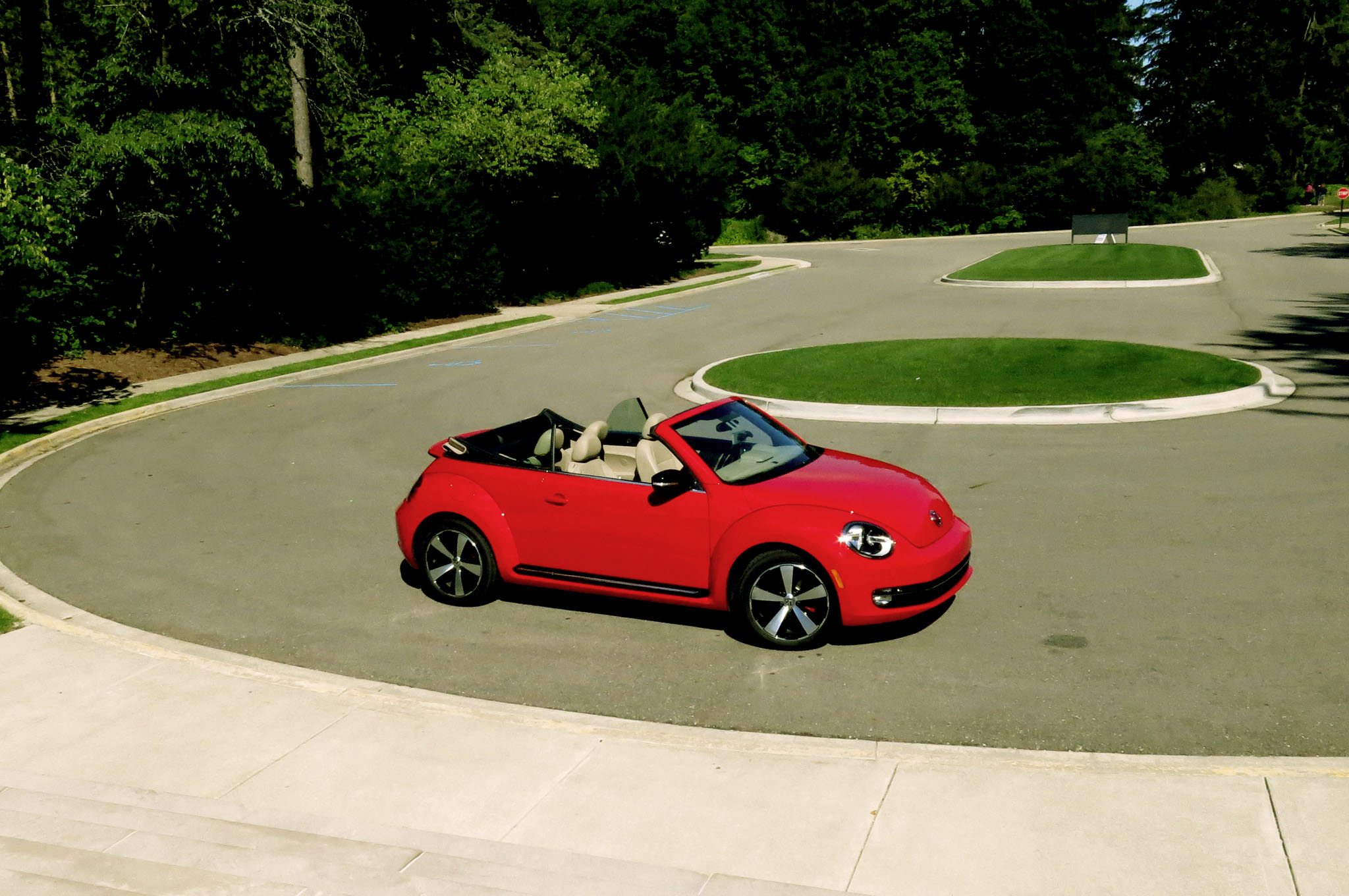 2013 Volkswagen Beetle Turbo Convertible Front Right Side View1