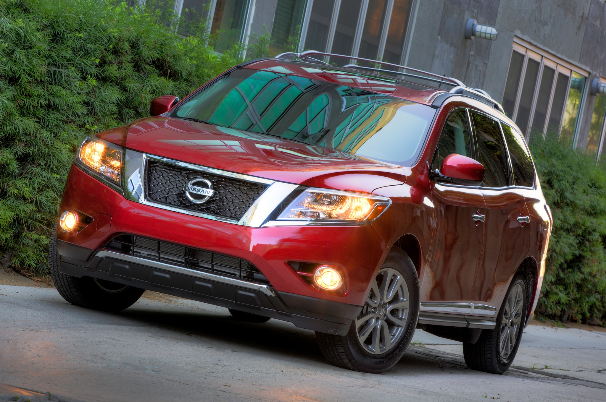 2014 Nissan Pathfinder Front Three Quarter 11