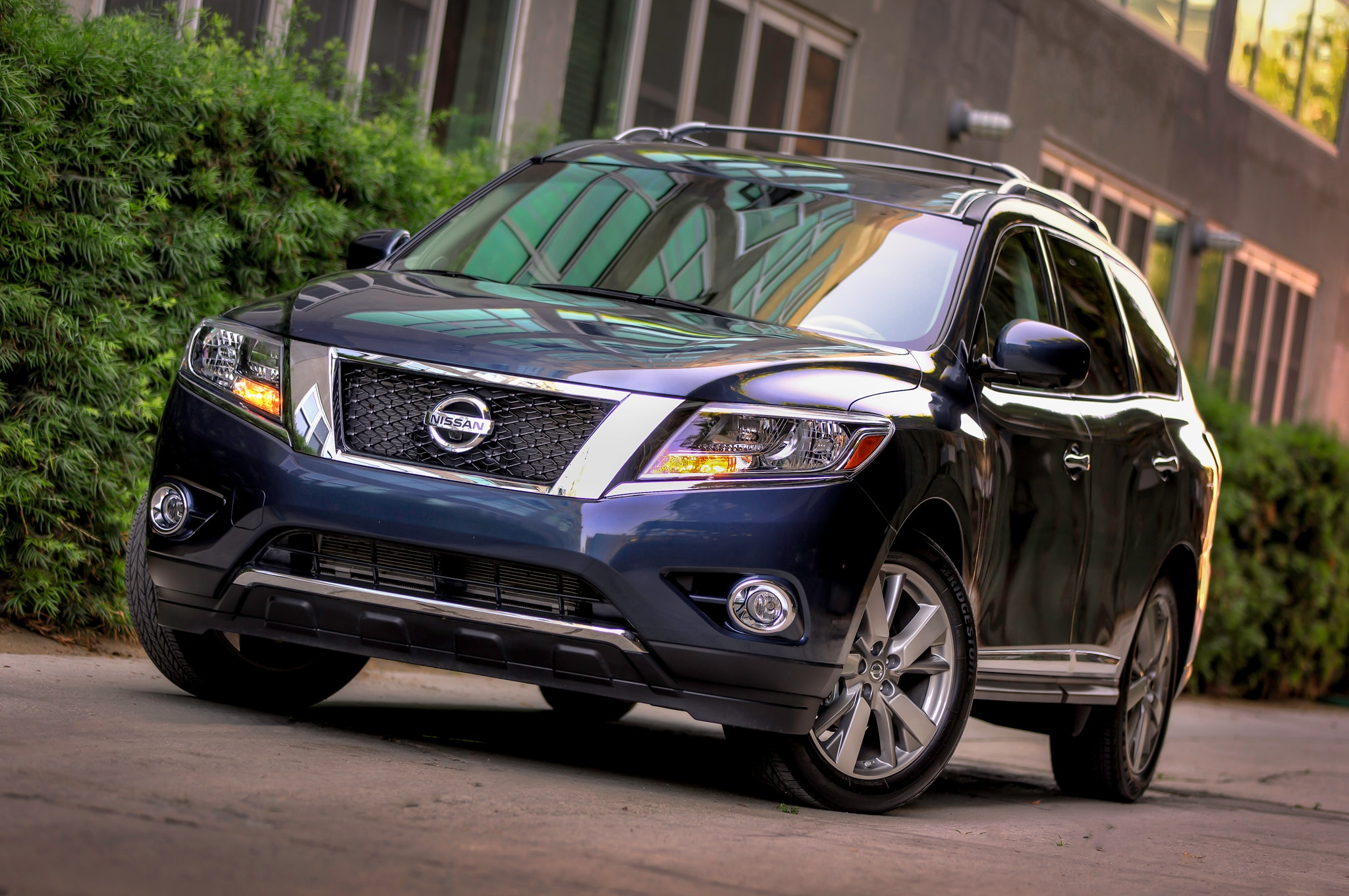 2014 Nissan Pathfinder Front Three Quarters1