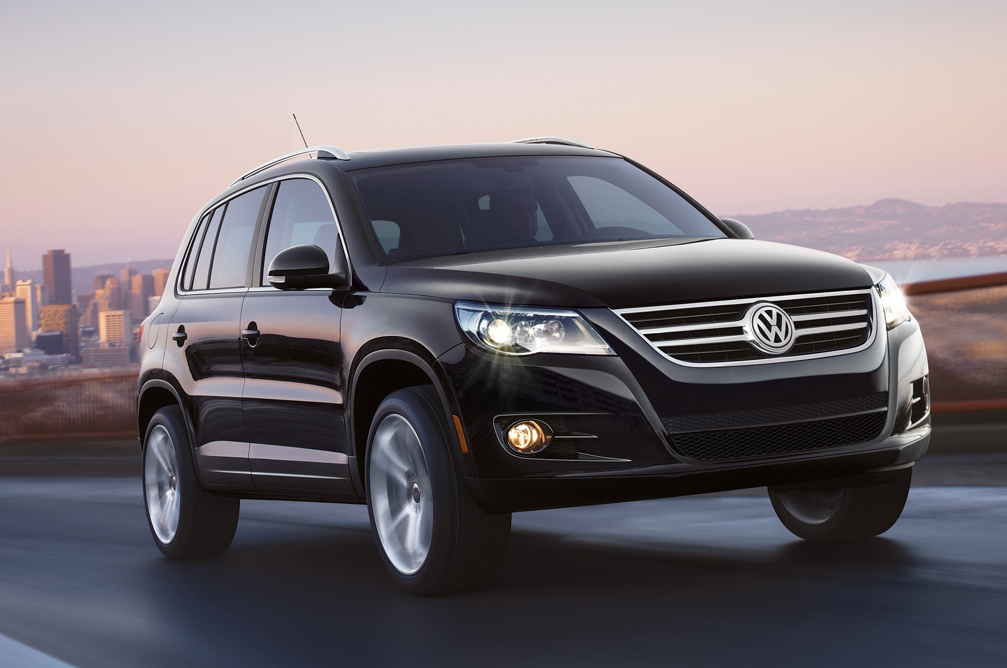 2011 Volkswagen Tiguan Front Three Quarters1