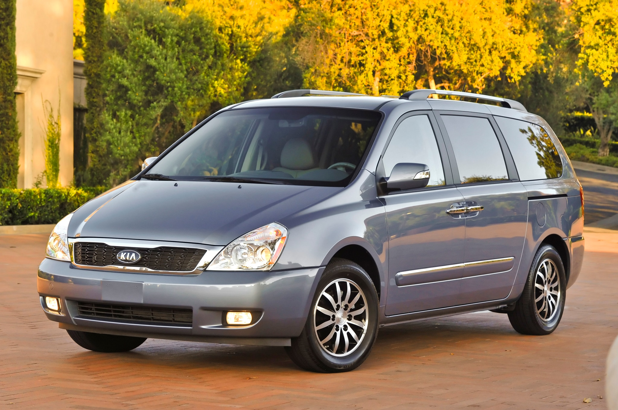 2012 Kia Sedona Front Three Quarter1