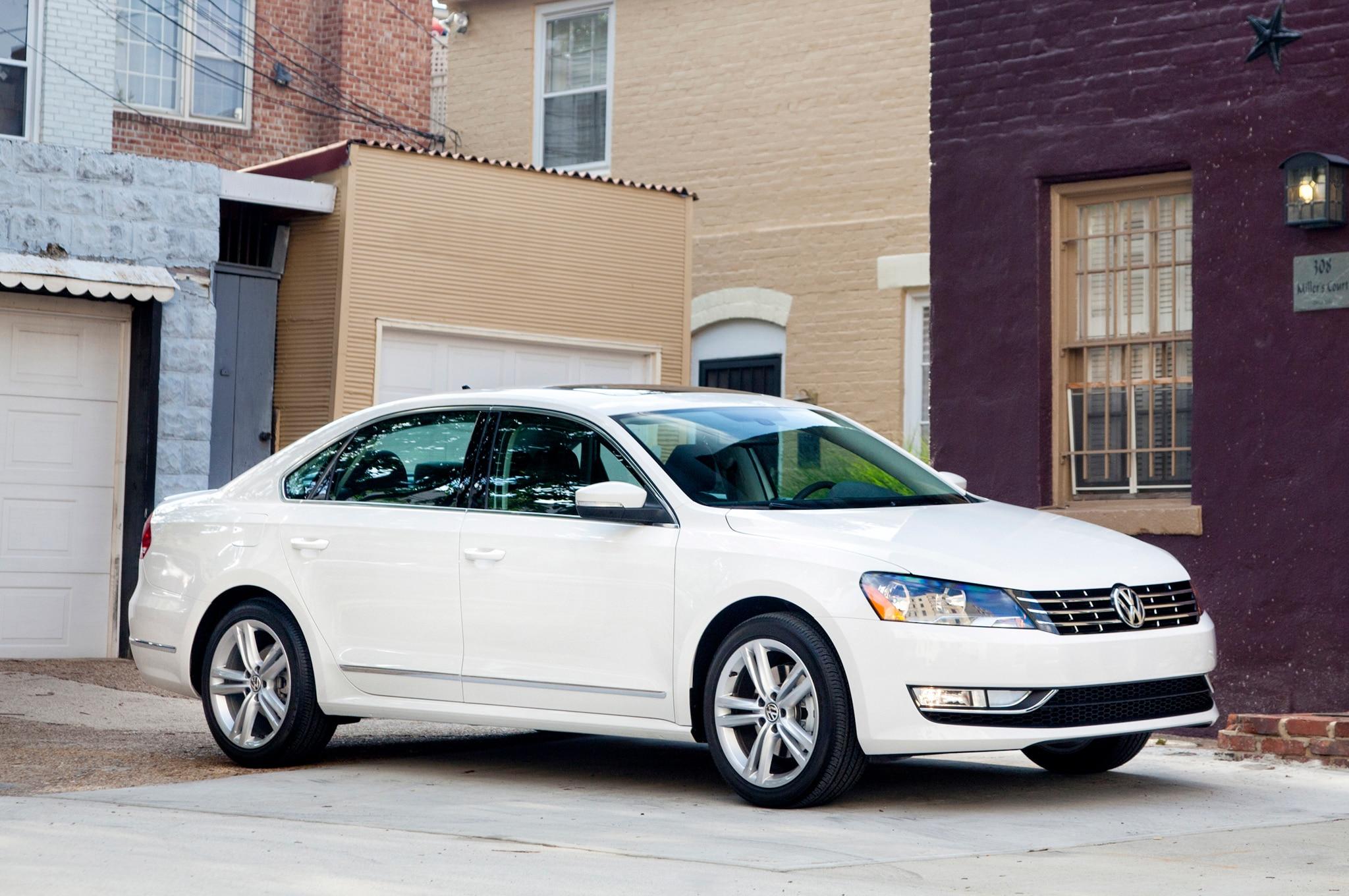 2013 Volkswagen Passat Front Three Quarter 11