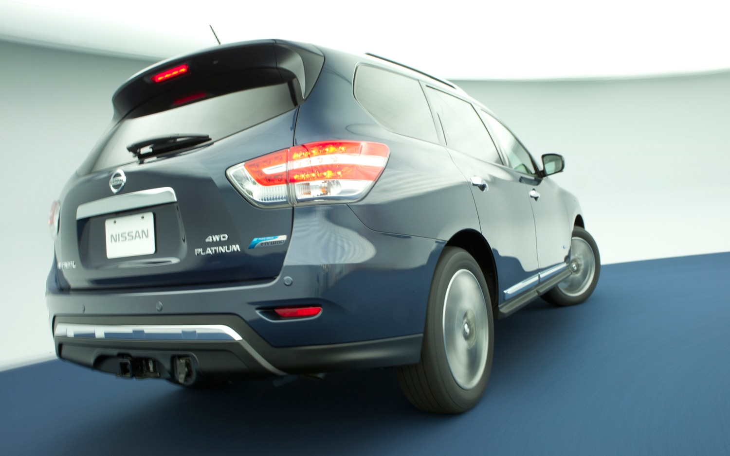 2014 Nissan Pathfinder Hybrid Rear View In Motion1