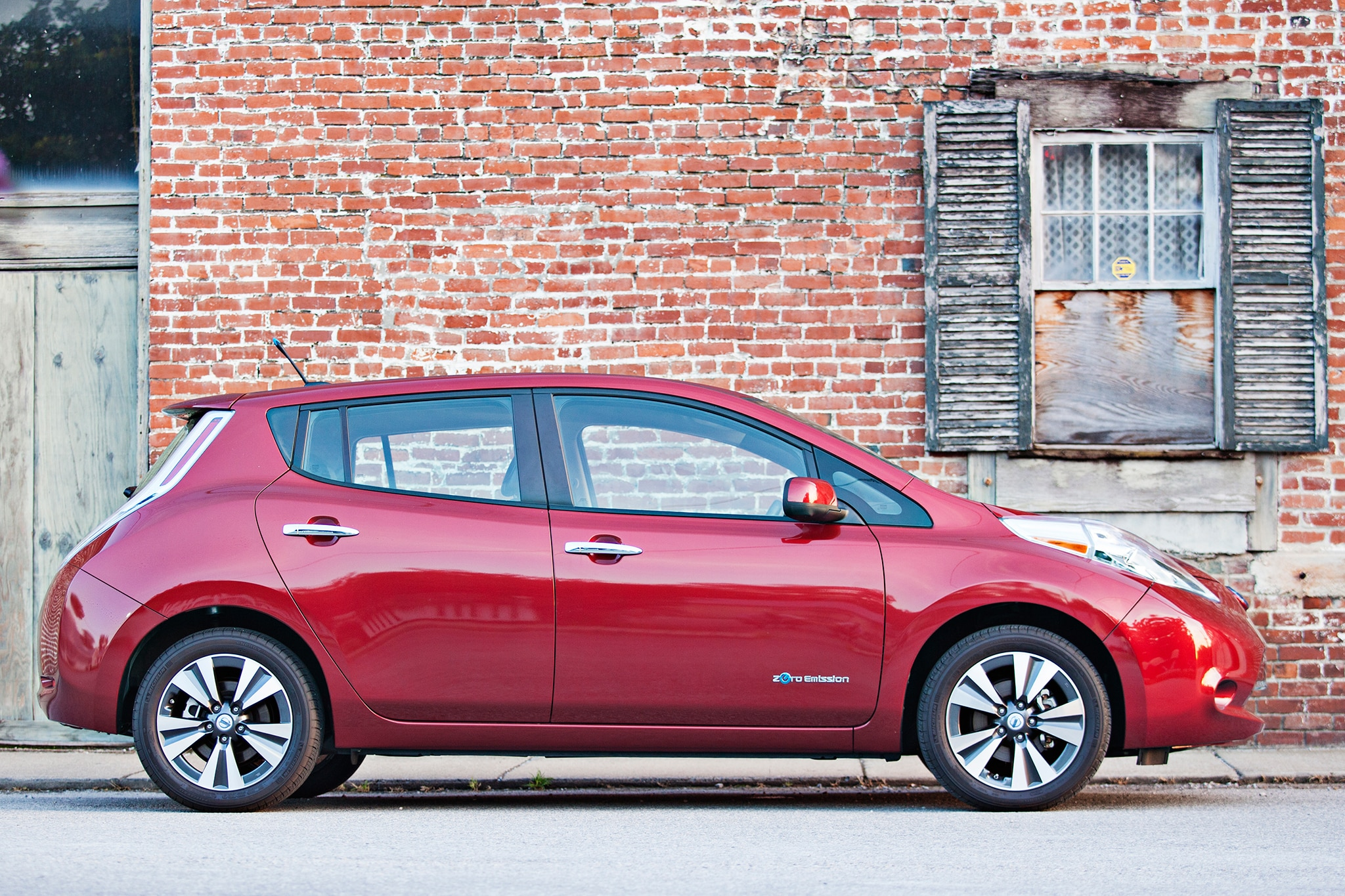 2014 Nissan LEAF Side View1