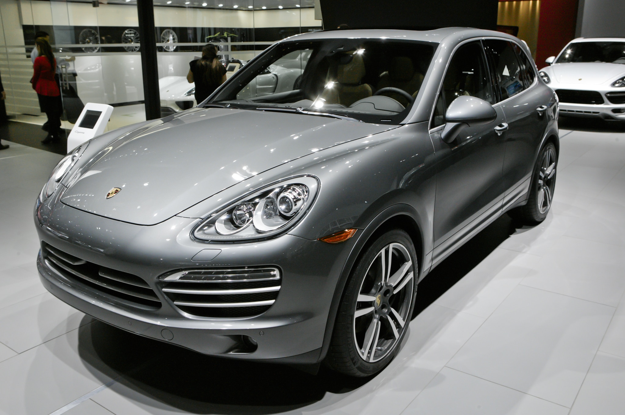 2014 porsche cayenne platinum edition announced. Black Bedroom Furniture Sets. Home Design Ideas