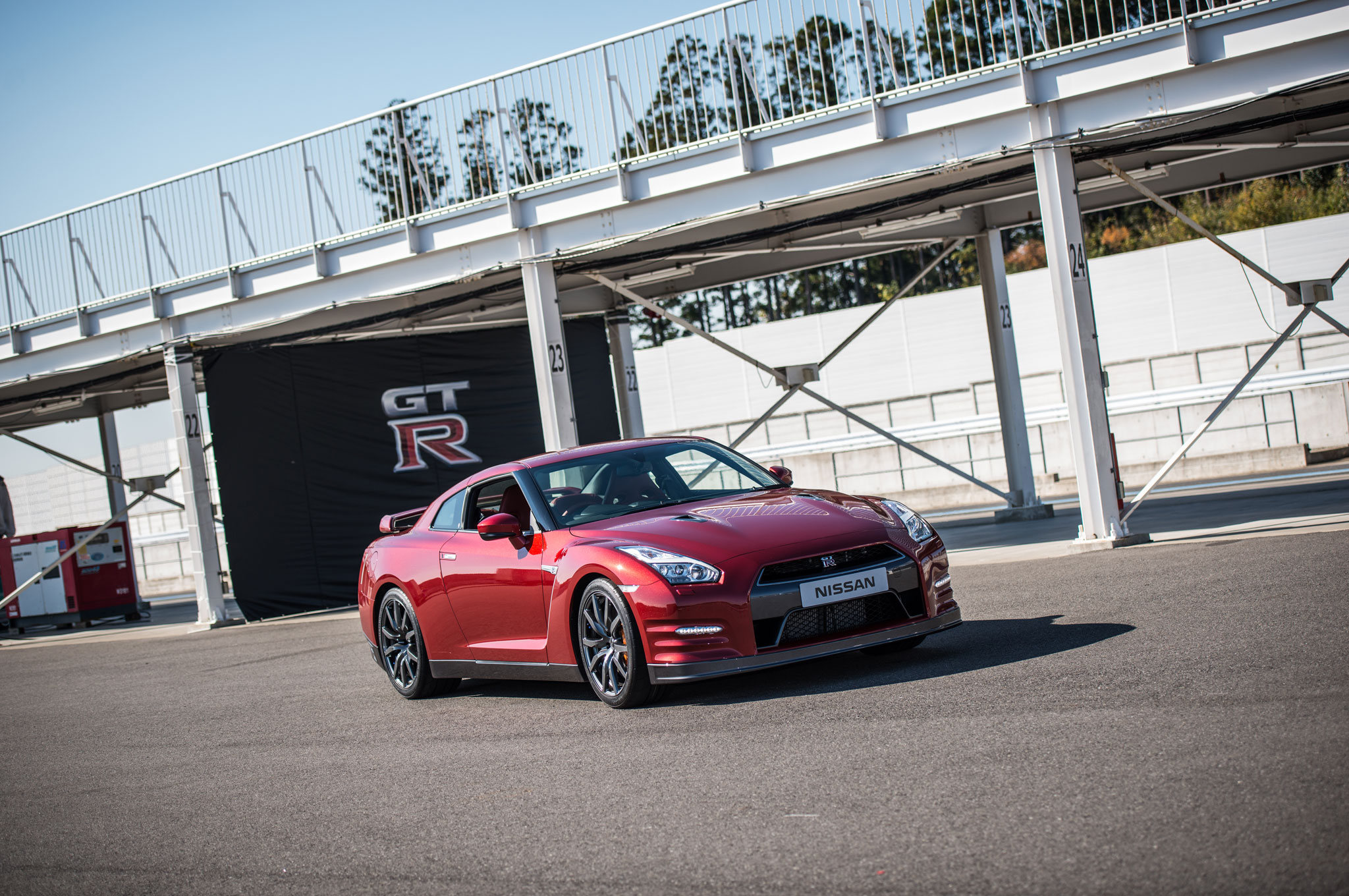 2015 Nissan GT R Front Right View1