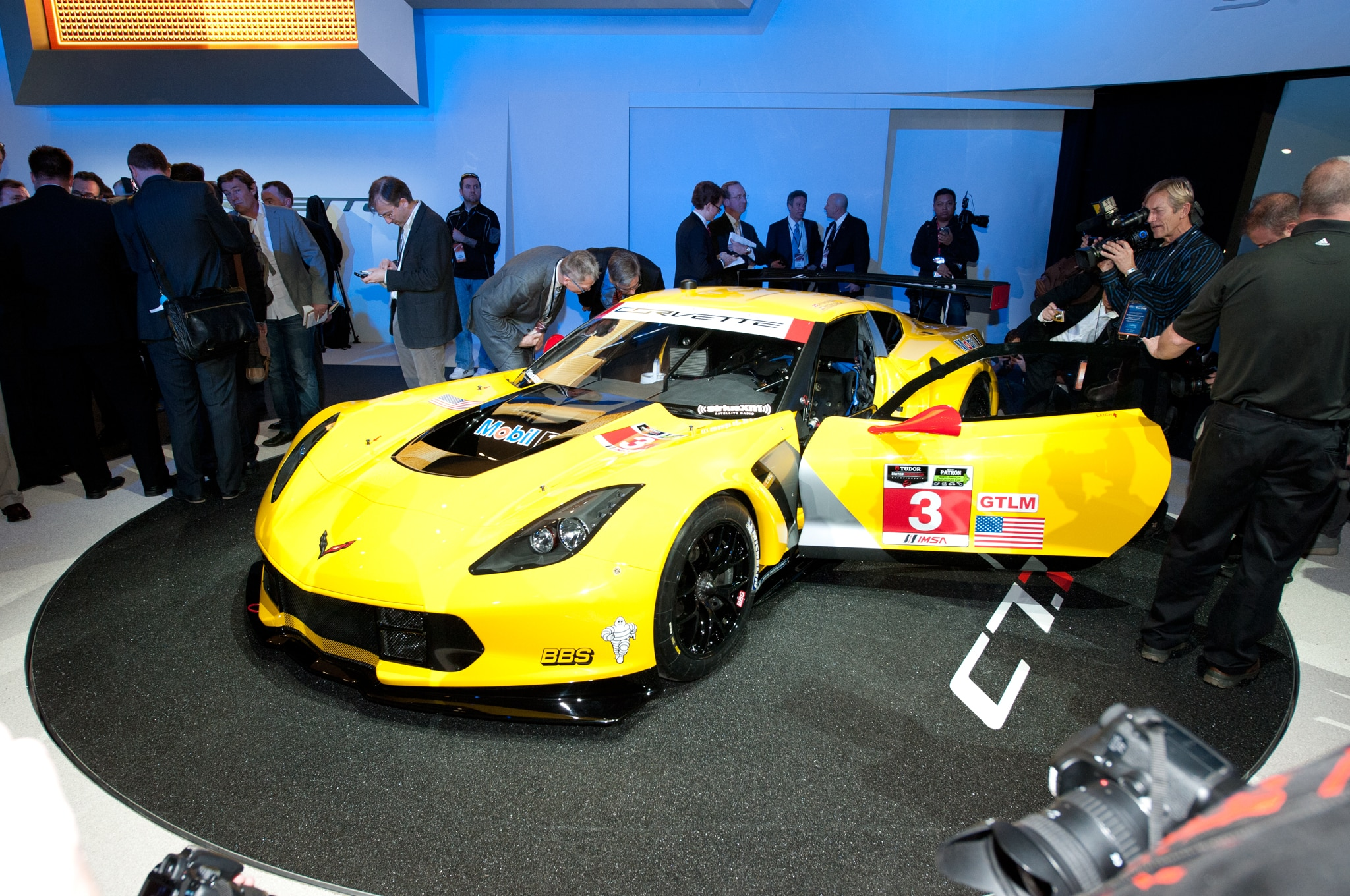 2014 Chevrolet Corvette C7 R Front Three Quarters1