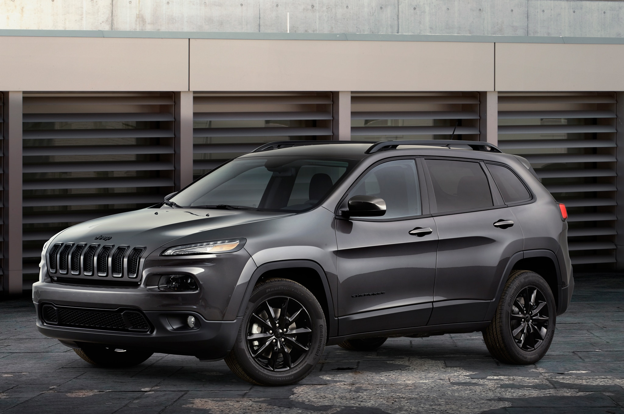 2014 Jeep Cherokee Altitude Front Three Quarters1