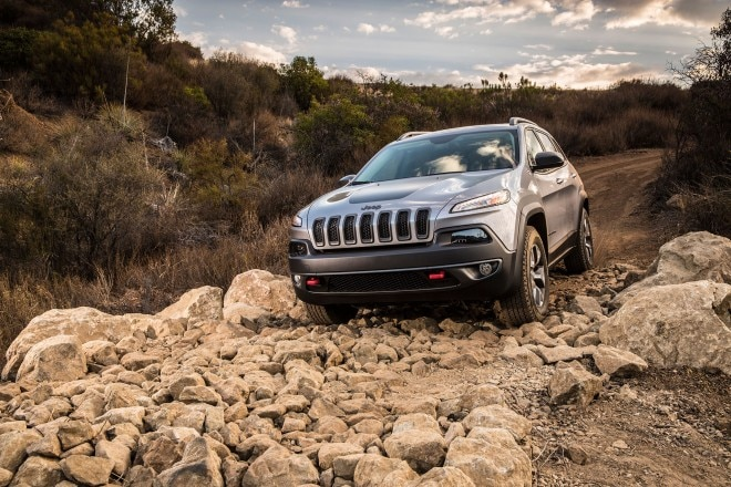 2014 Jeep Cherokee TrailHawk Front Three Quarters Offroad1 660x440