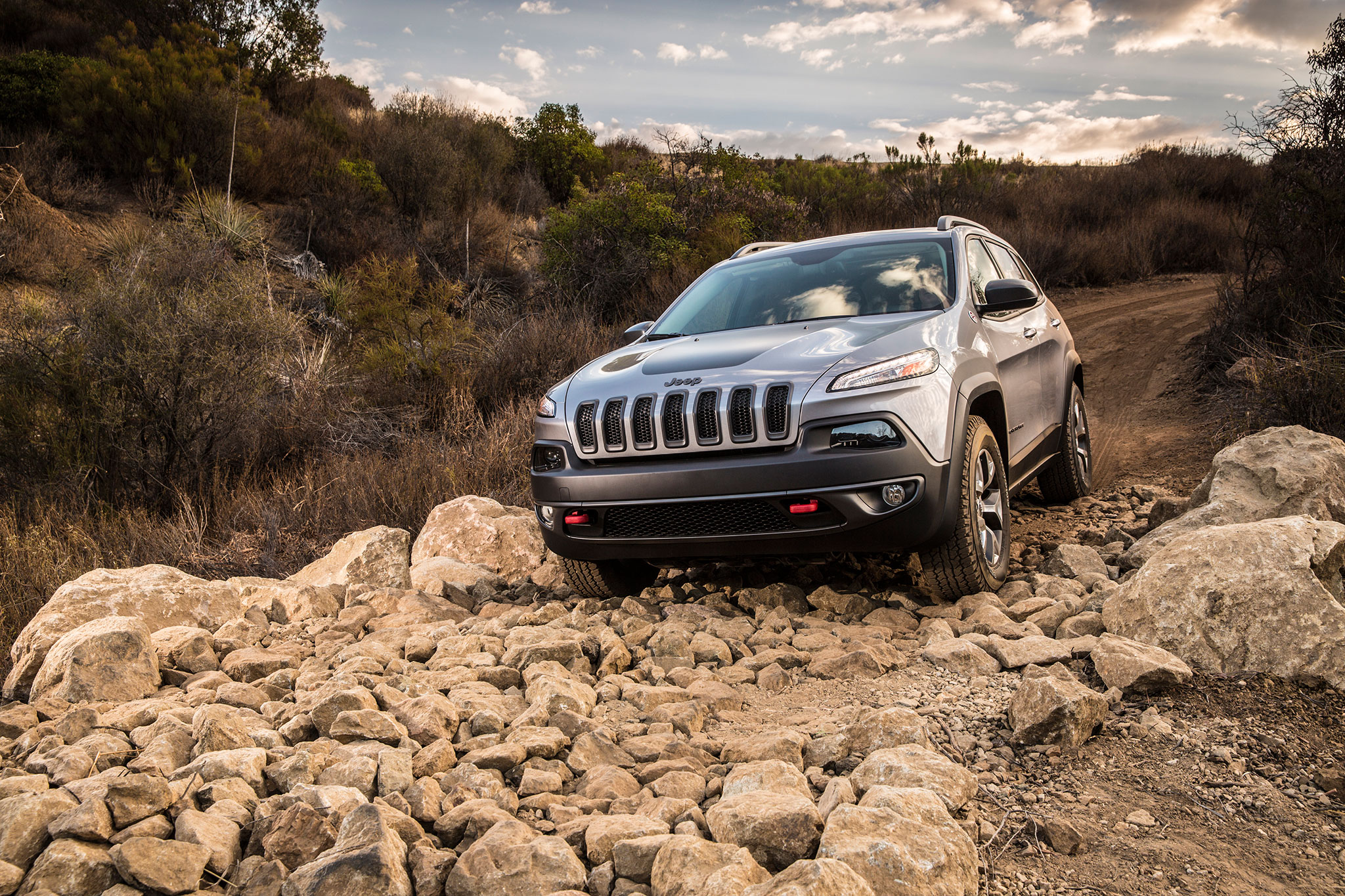 2014 Jeep Cherokee TrailHawk Front Three Quarters Offroad1