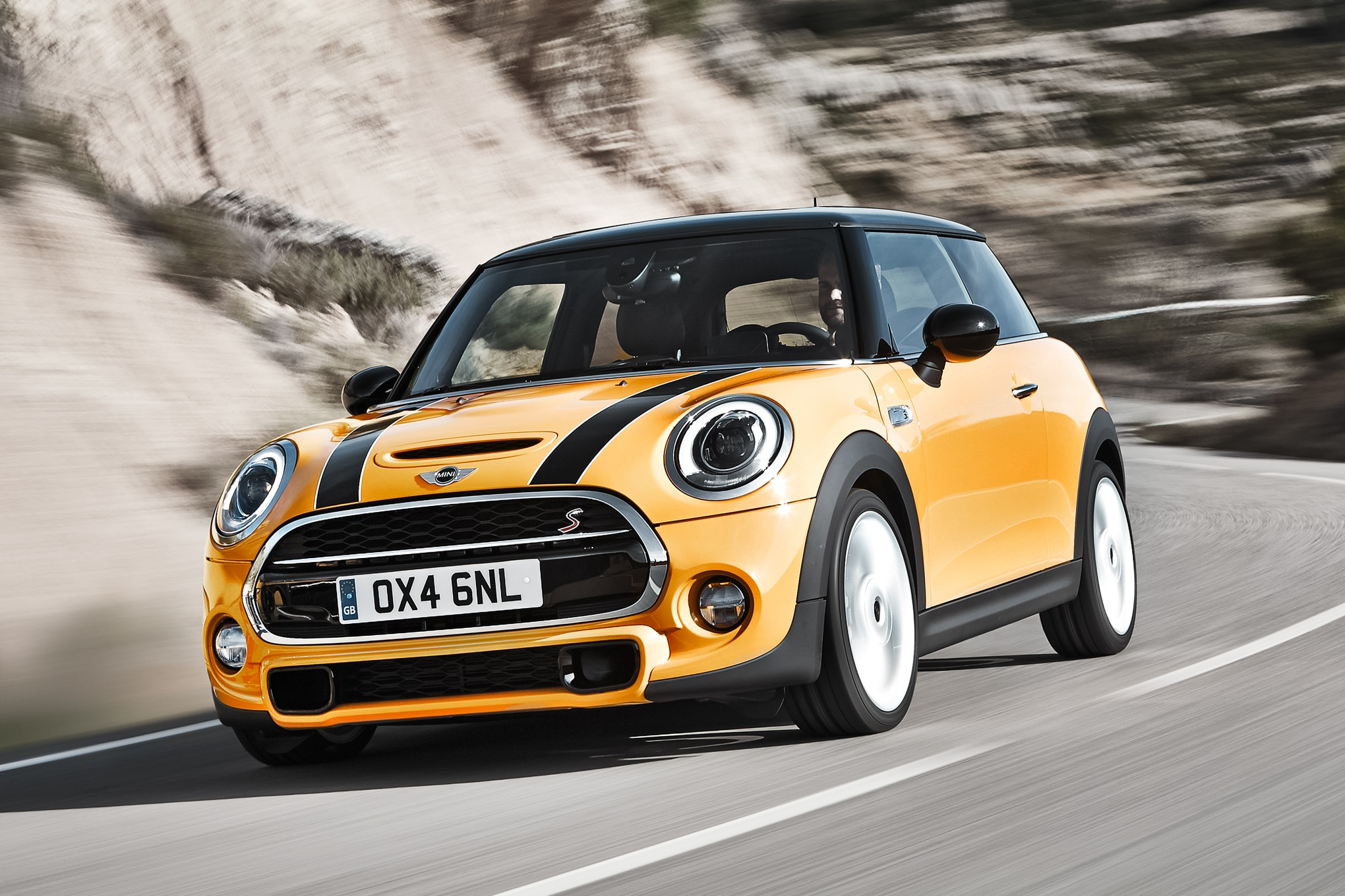 2014 Mini Cooper S Front Three Quarters 01