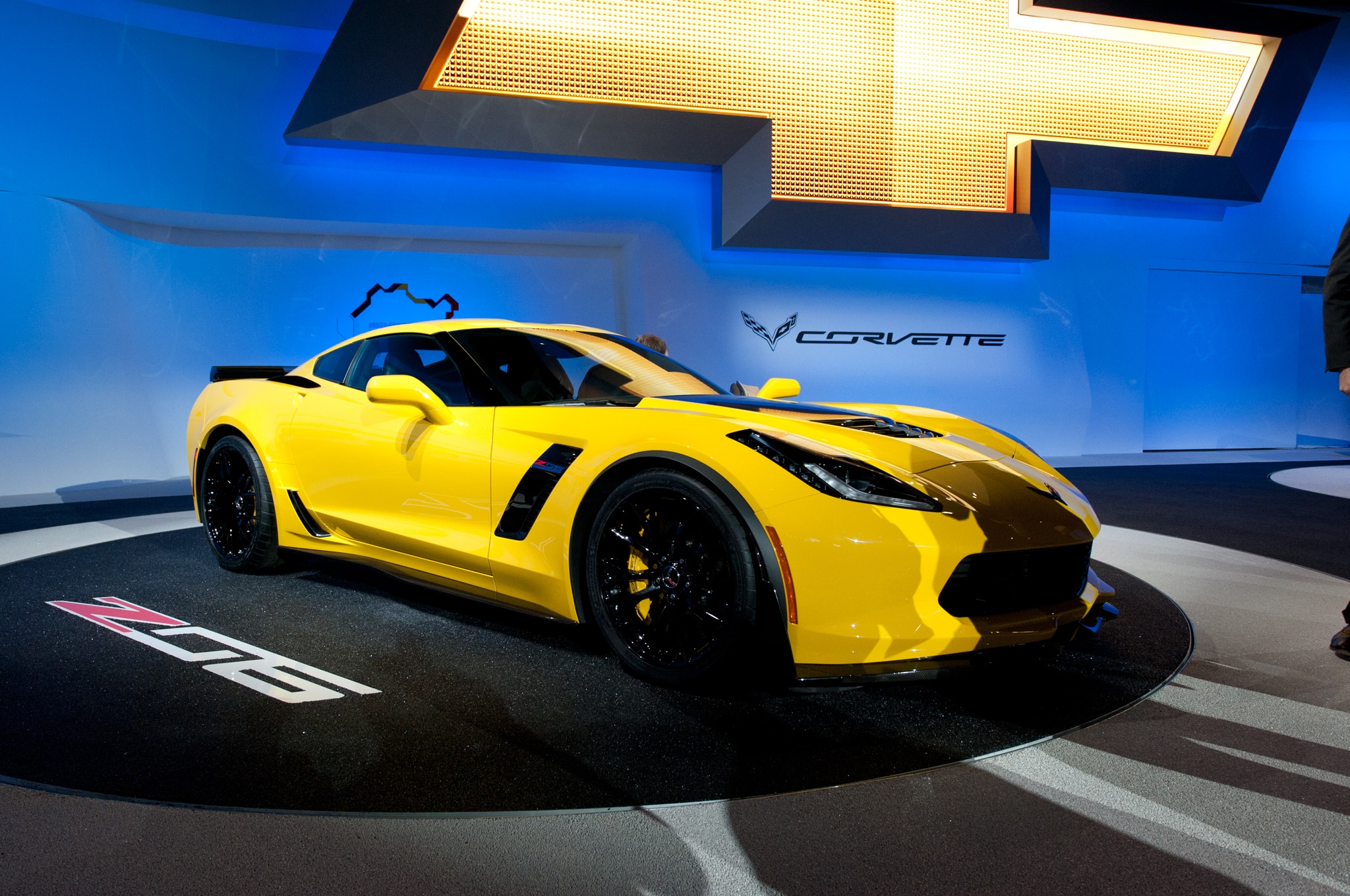 2015 Chevrolet Corvette Z06 Front Three Quarters 021