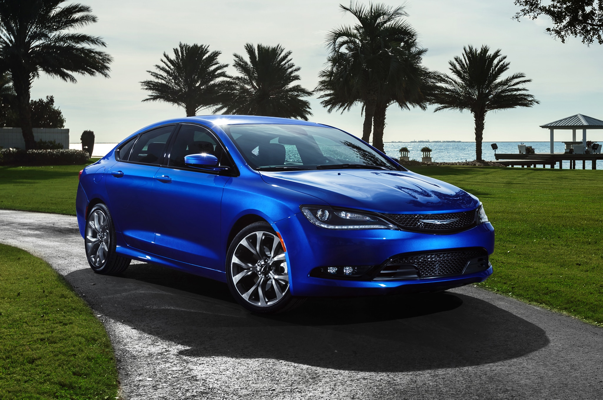 2015 Chrysler 200S Front Three Quarters View 02