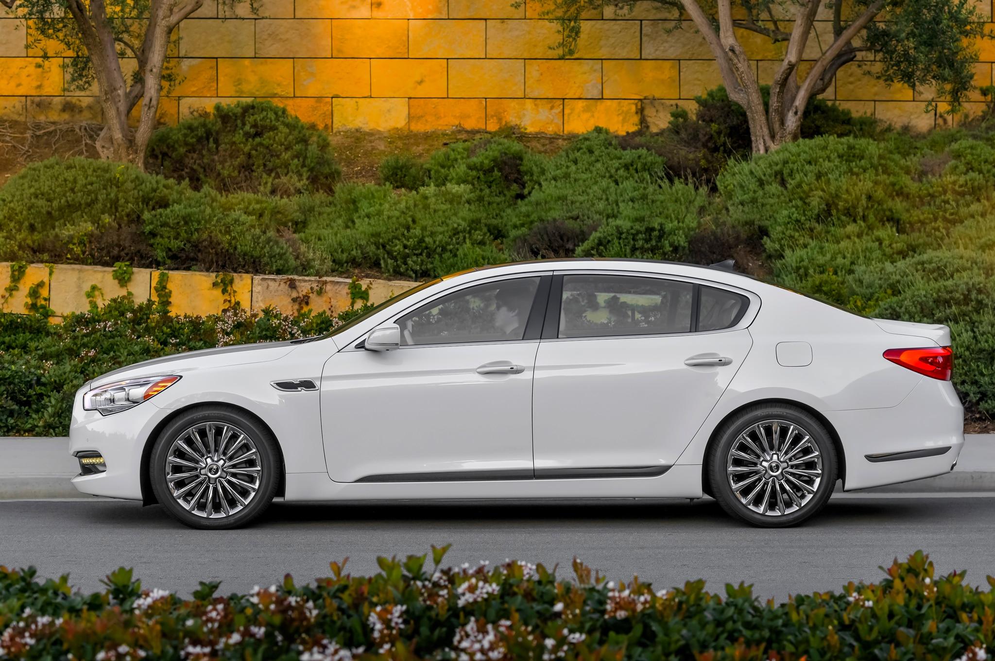 2015 Kia K900 Side Profile1