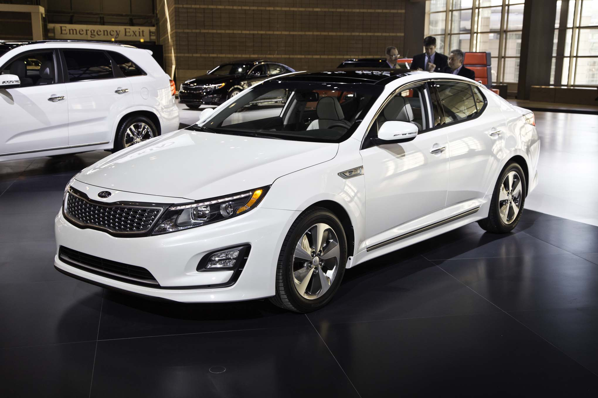 2014 Kia Optima Hybrid Front Three Quarters 02
