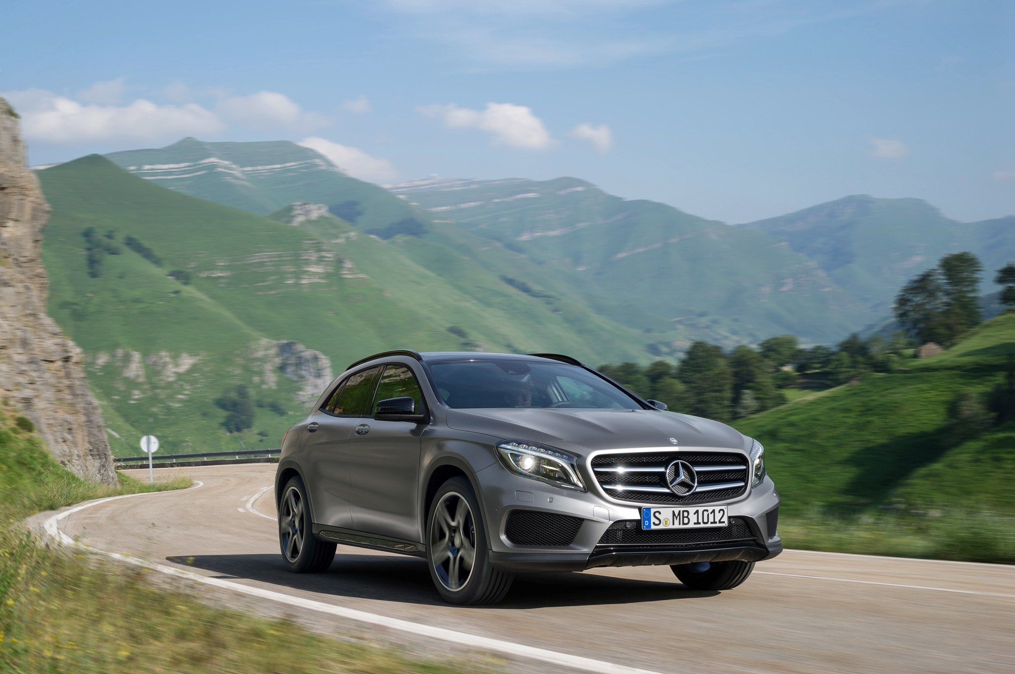 2015 Mercedes Benz GLA250 Front Three Quarters 021