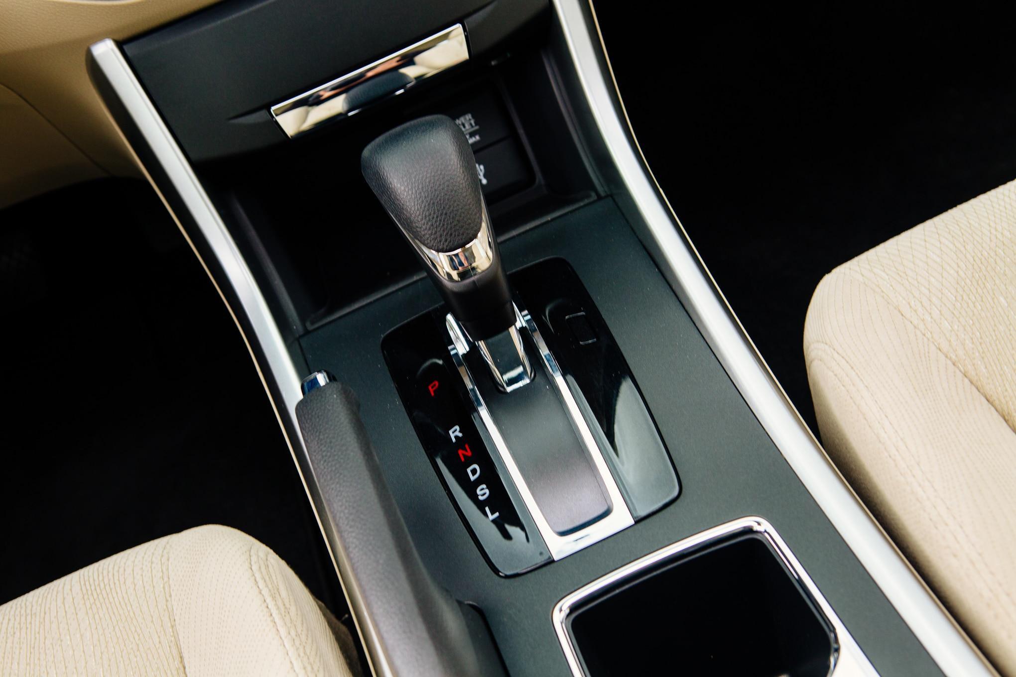 Chrysler 200 Mpg >> 2015 Chrysler 200 Limited vs. 2014 Honda Accord EX ...