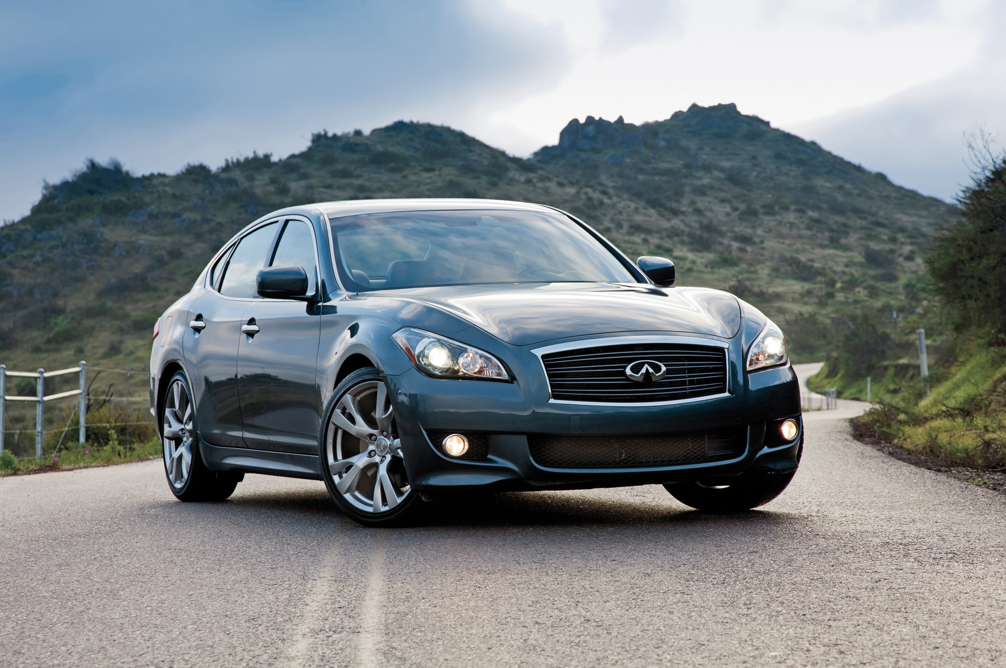2014 Infiniti Q70 Front Three Quarters2