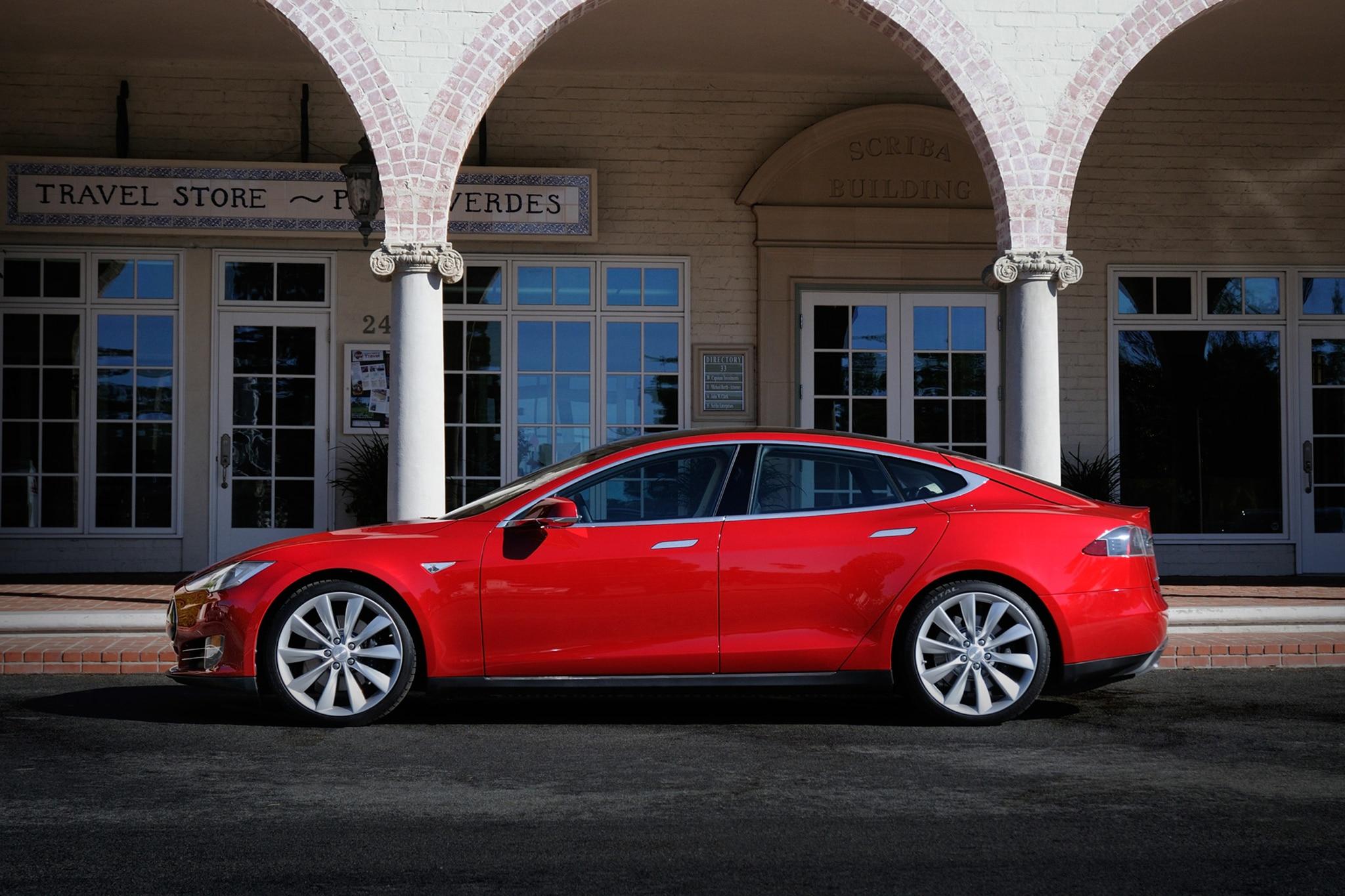 2014 Tesla Model S Drivers Side View1