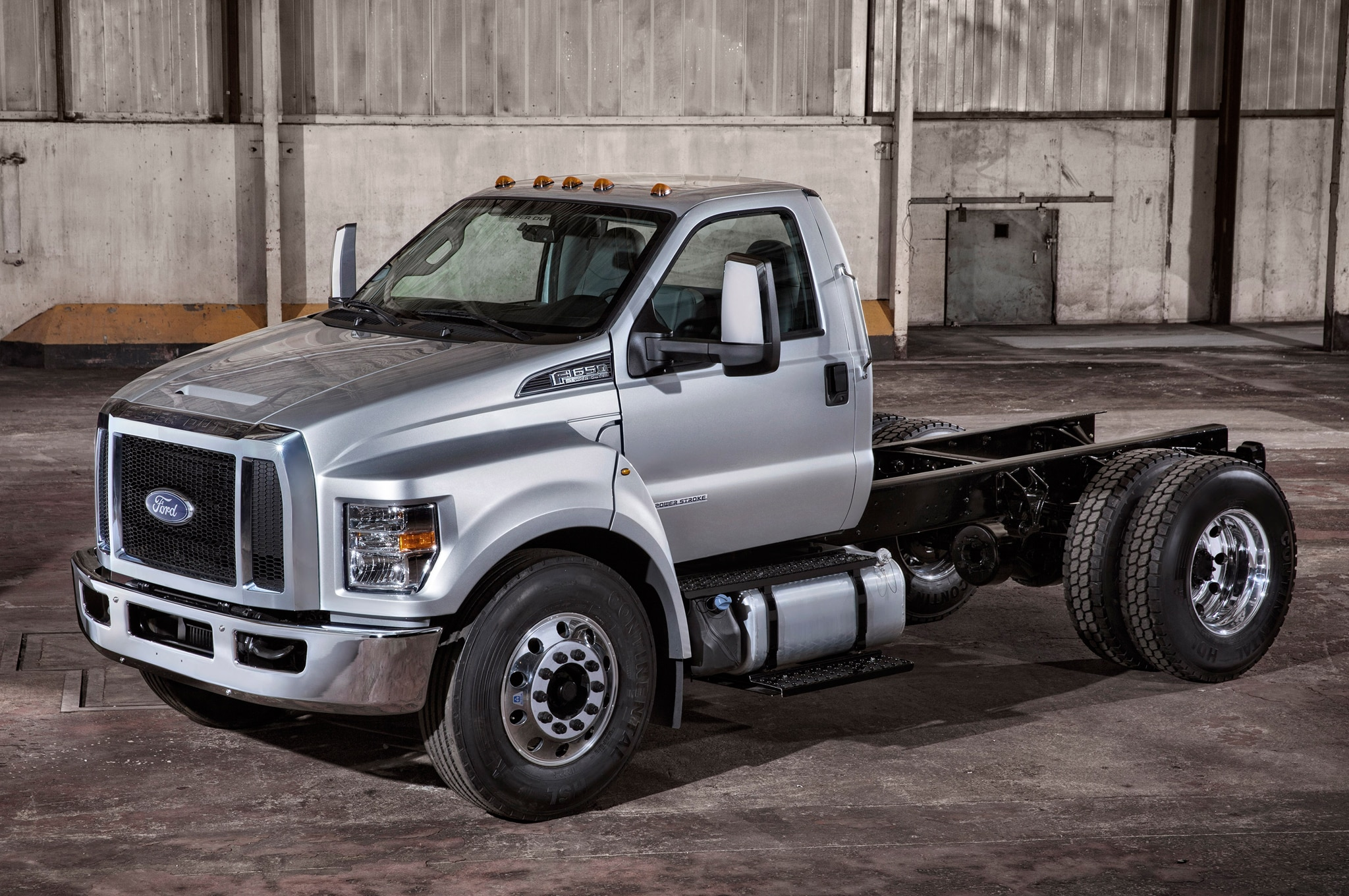 2016 Ford F 650 Super Duty Front View1