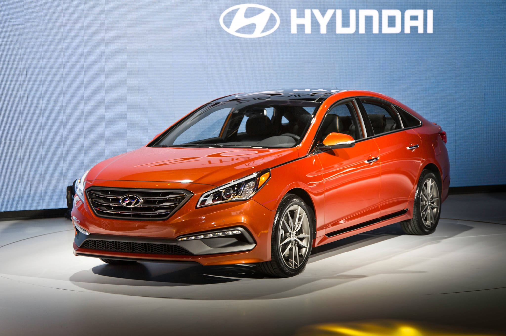 2015 Hyundai Sonata Sport 20T Front There Quarters 031