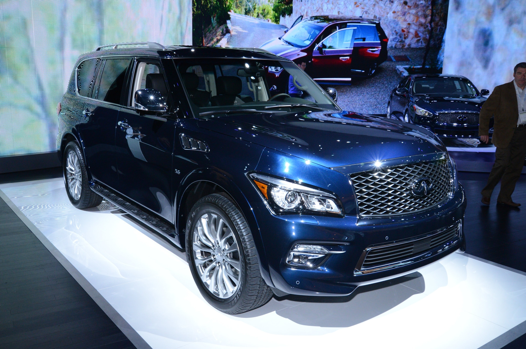 2015 Infiniti QX80 Front View1
